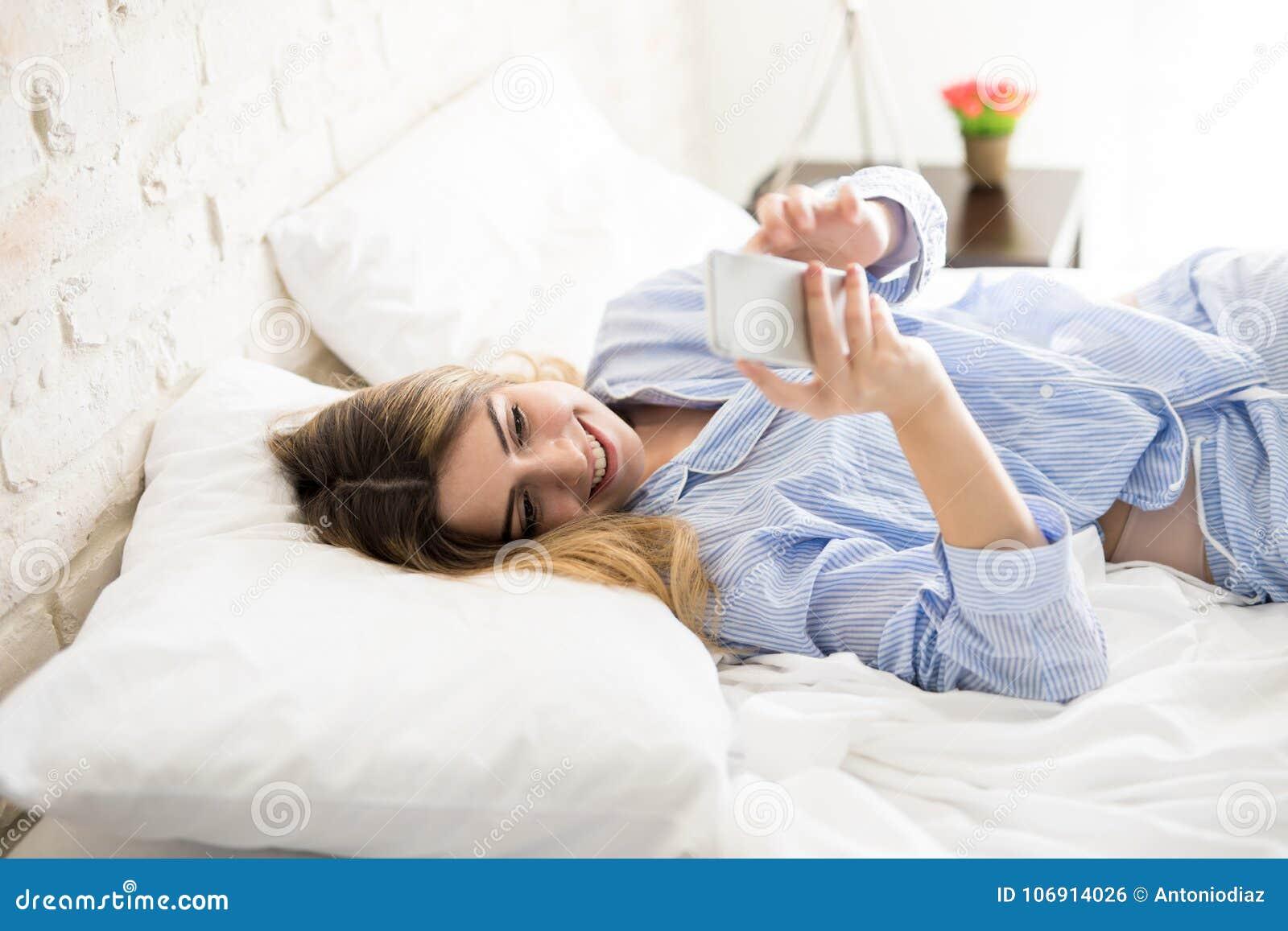 Kobieta w pjs używać smartphone