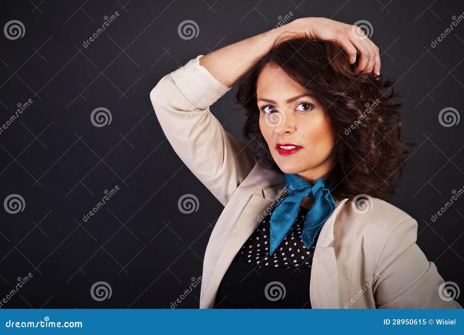 Kobieta w przypadkowym nowożytnym stylu