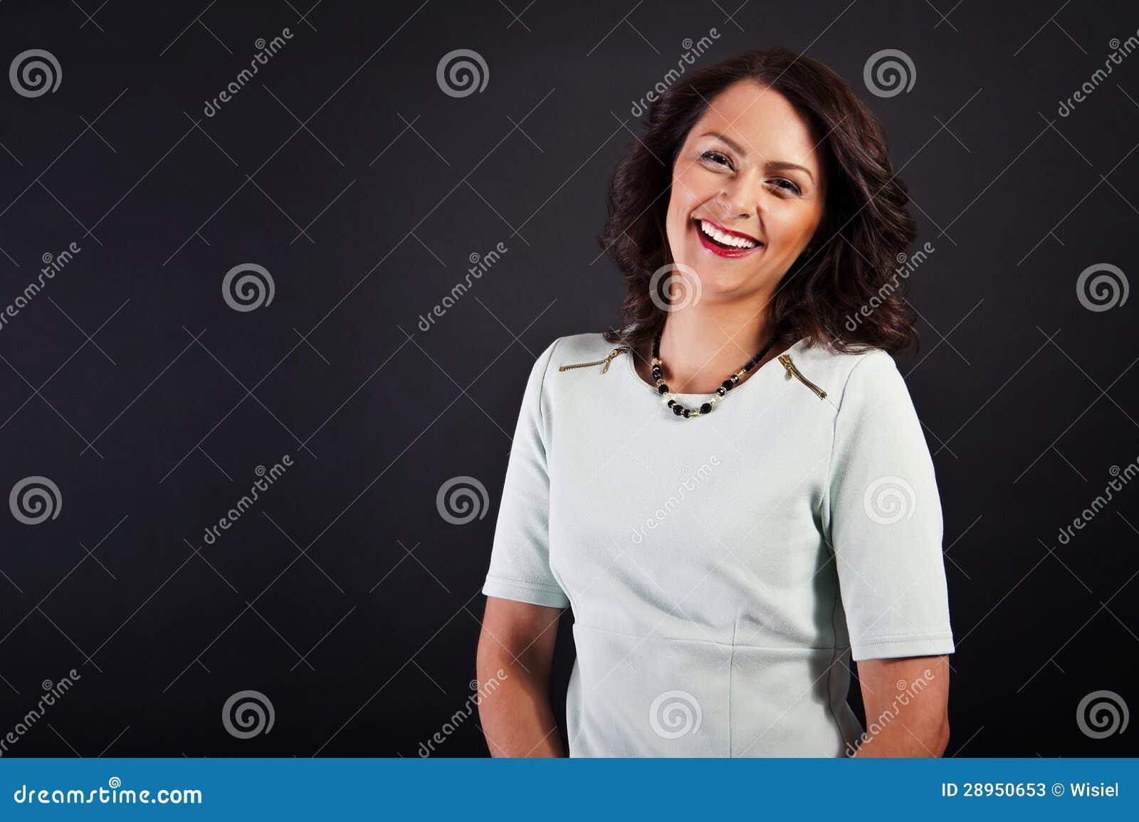 Kobieta w przypadkowym nowożytnym stylu na czarnym tle