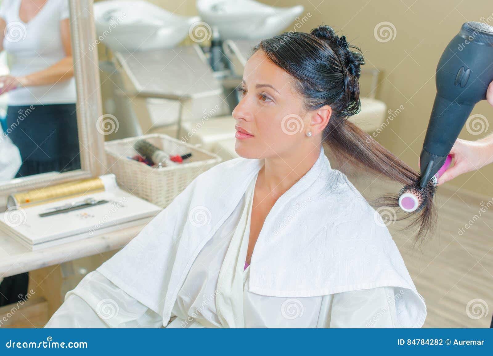 Kobieta w salonie dostaje włosy robić