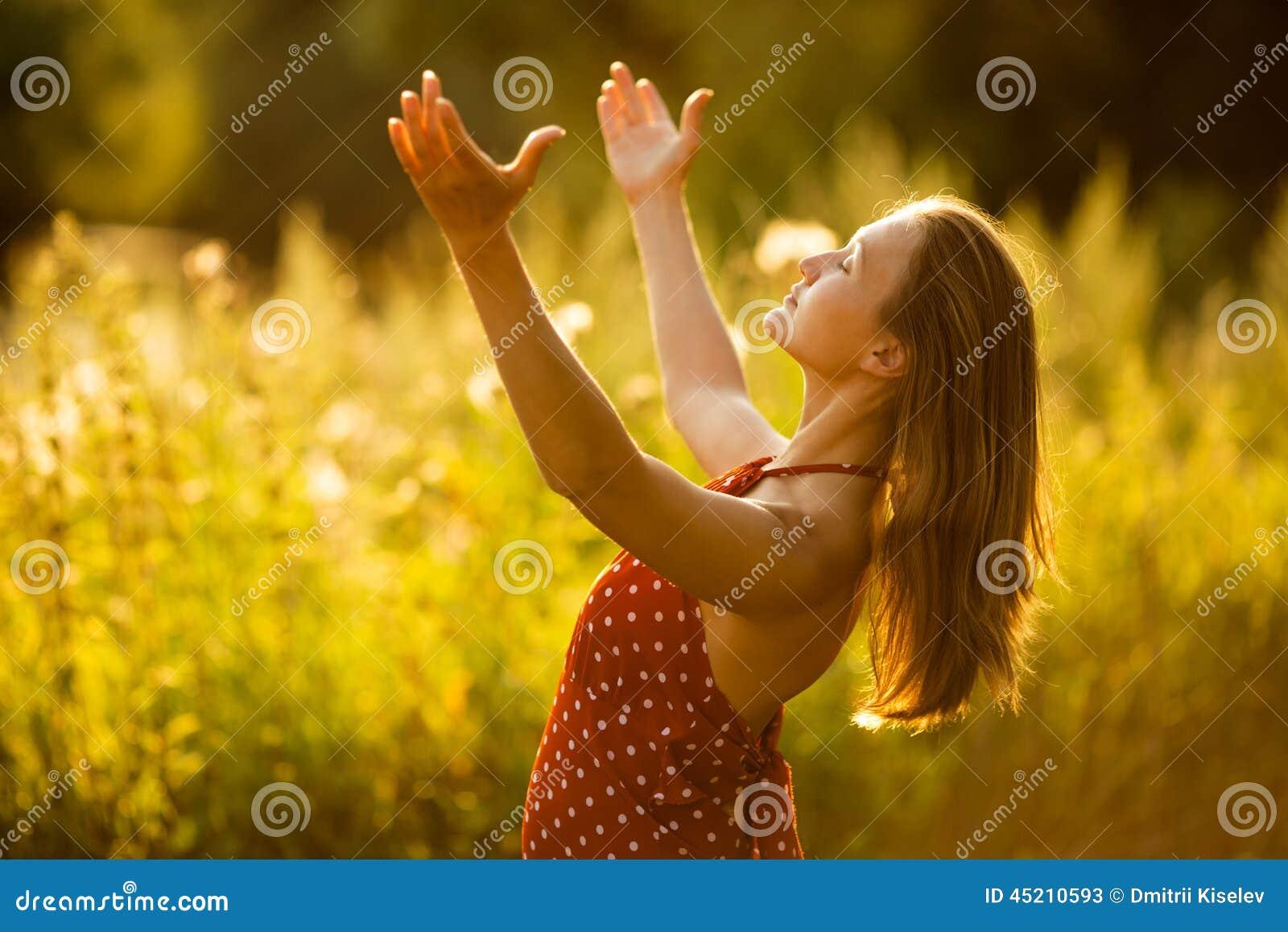 https://thumbs.dreamstime.com/z/kobieta-w-stanie-b%C5%82ogo%C5%9B%C4%87-45210593.jpg
