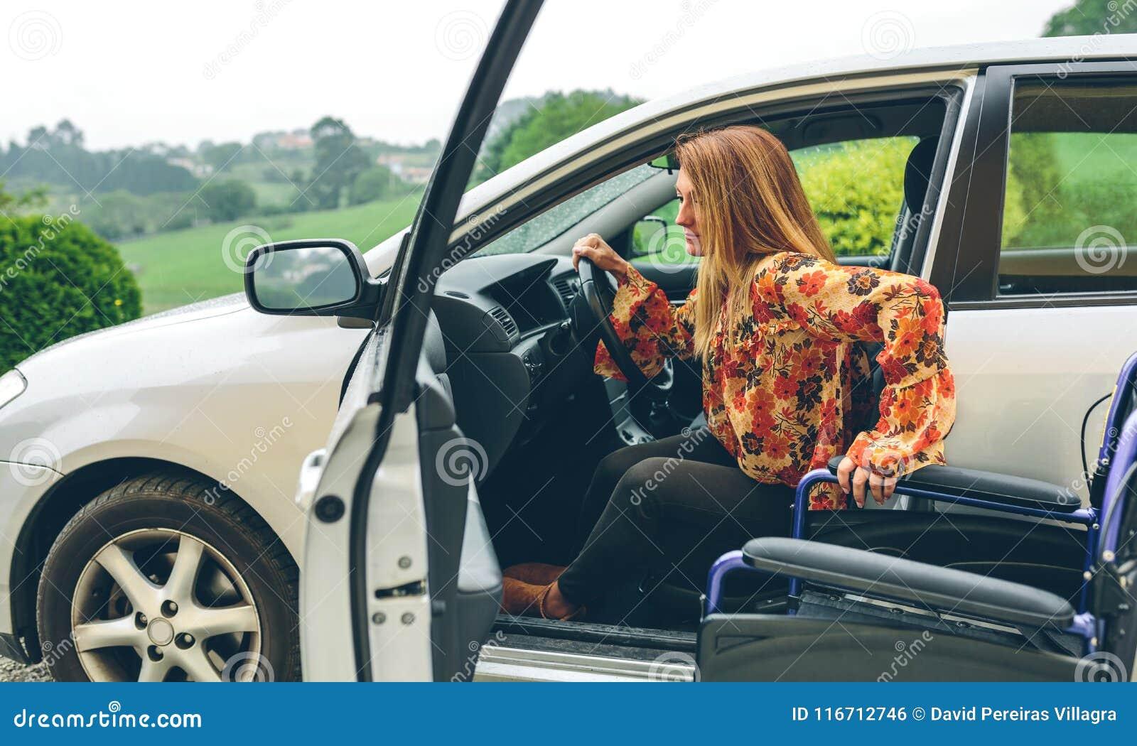 Kobieta w wózku inwalidzkim opuszcza samochód