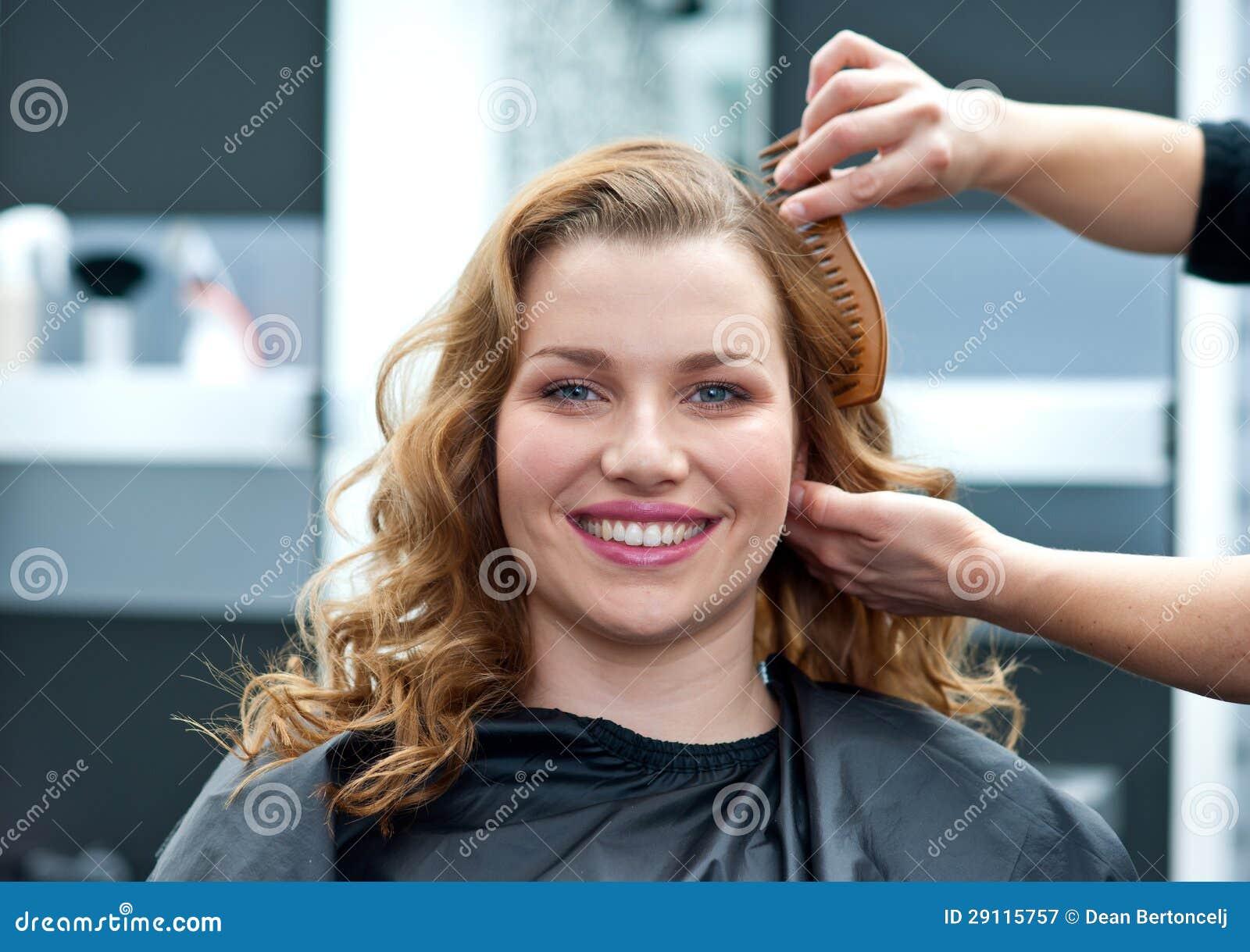 Kobieta w włosianym salonie