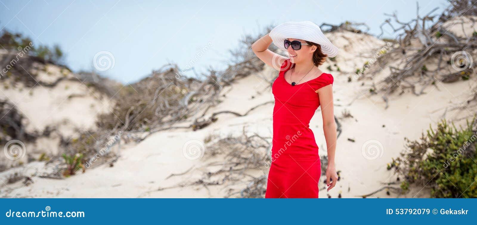 Kobieta w wieczór czerwieni sukni