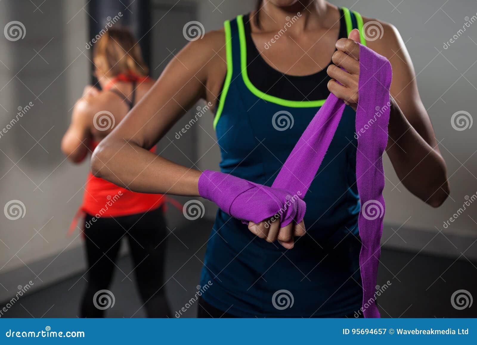 Kobieta wiąże ręka opakunek na ręce