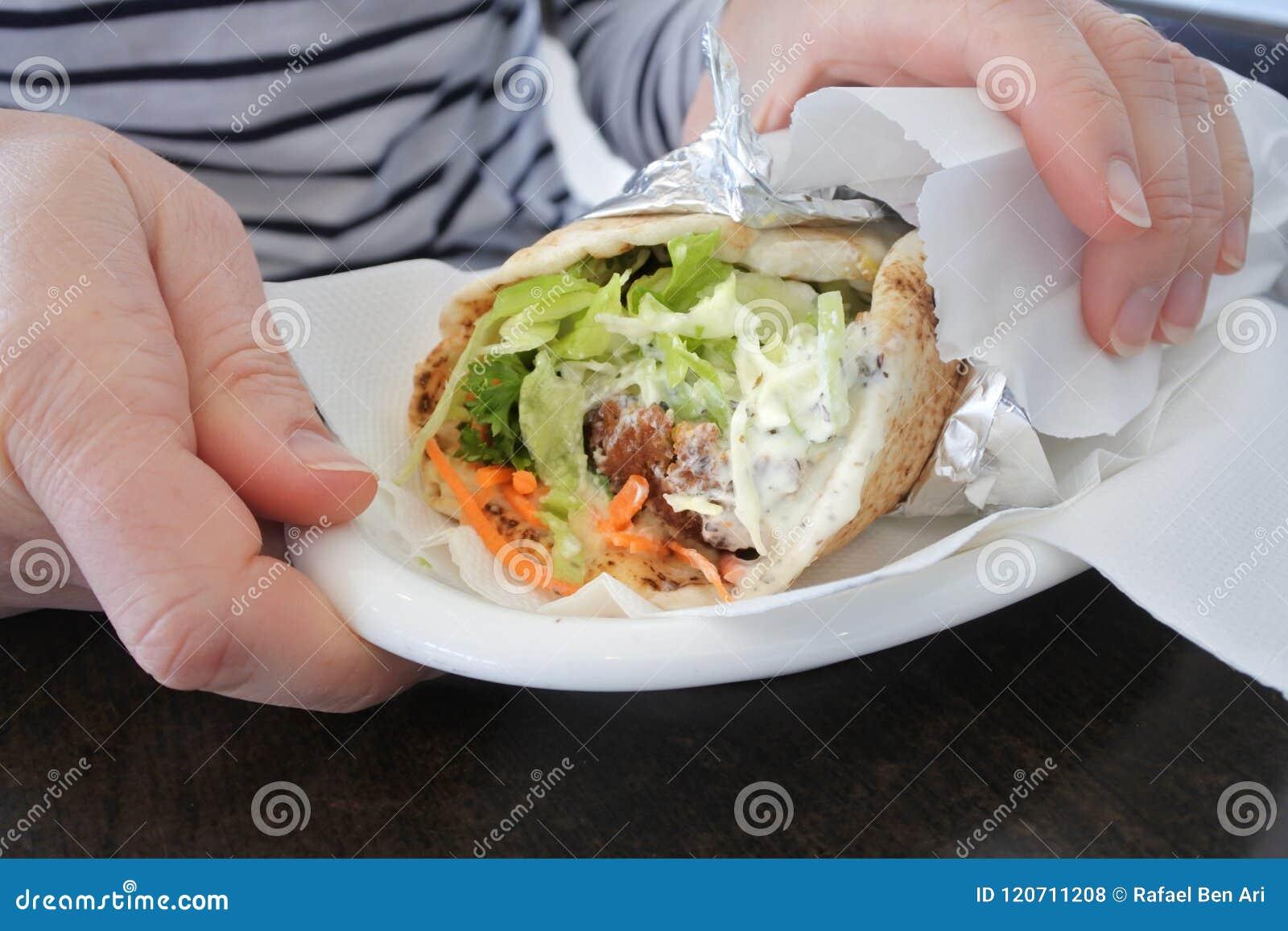 Kobieta wręcza mienia falafel łoktuszę