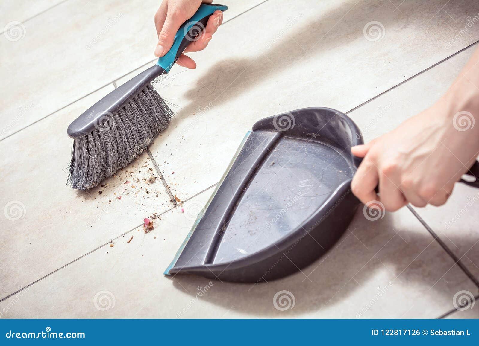 Kobieta Wręcza Ogólnego pył Z miotłą Na śmietniczce, Housekeeping pojęcie