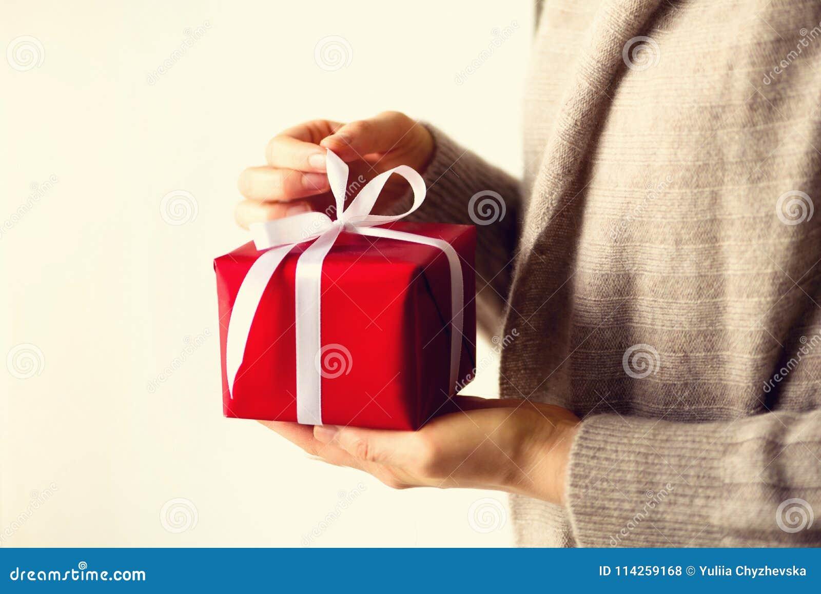Kobieta wręcza otwarciu czerwonego prezenta pudełko, kopii przestrzeń Boże Narodzenia, nowy rok, przyjęcie urodzinowe, valentine