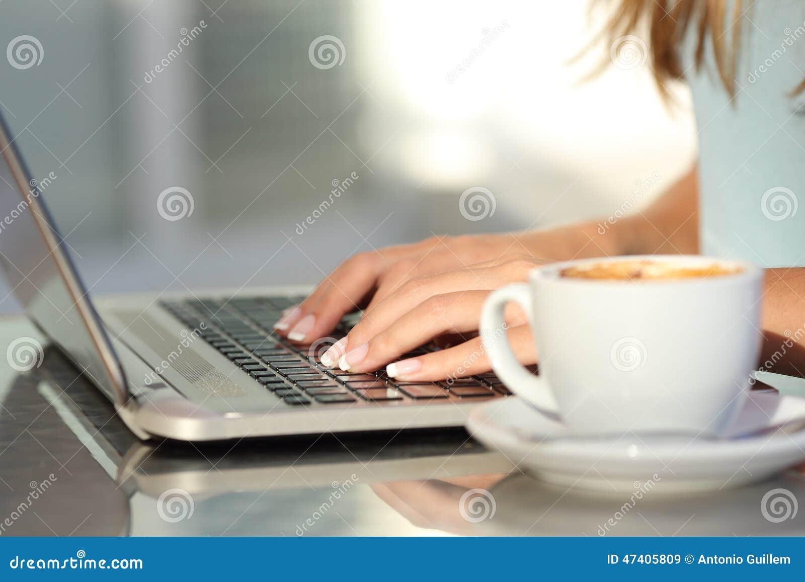 http://thumbs.dreamstime.com/z/kobieta-wr%C4%99cza-pisa%C4%87-na-maszynie-w-laptopie-w-sklep-z-kaw%C4%85-47405809.jpg
