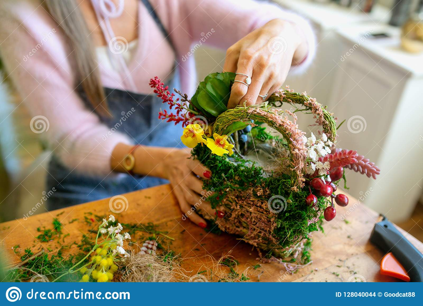 Kobieta wręcza robić pięknemu bukietowi kwiaty na tle