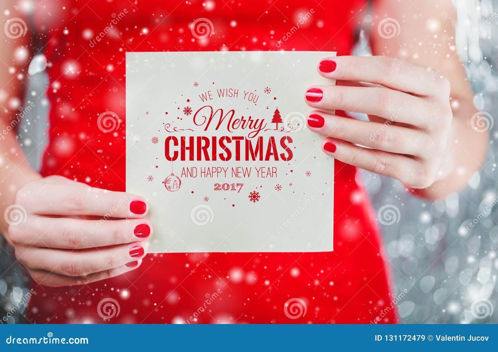 Kobieta wręcza trzymać Wesoło Christmas list lub kartę Santa