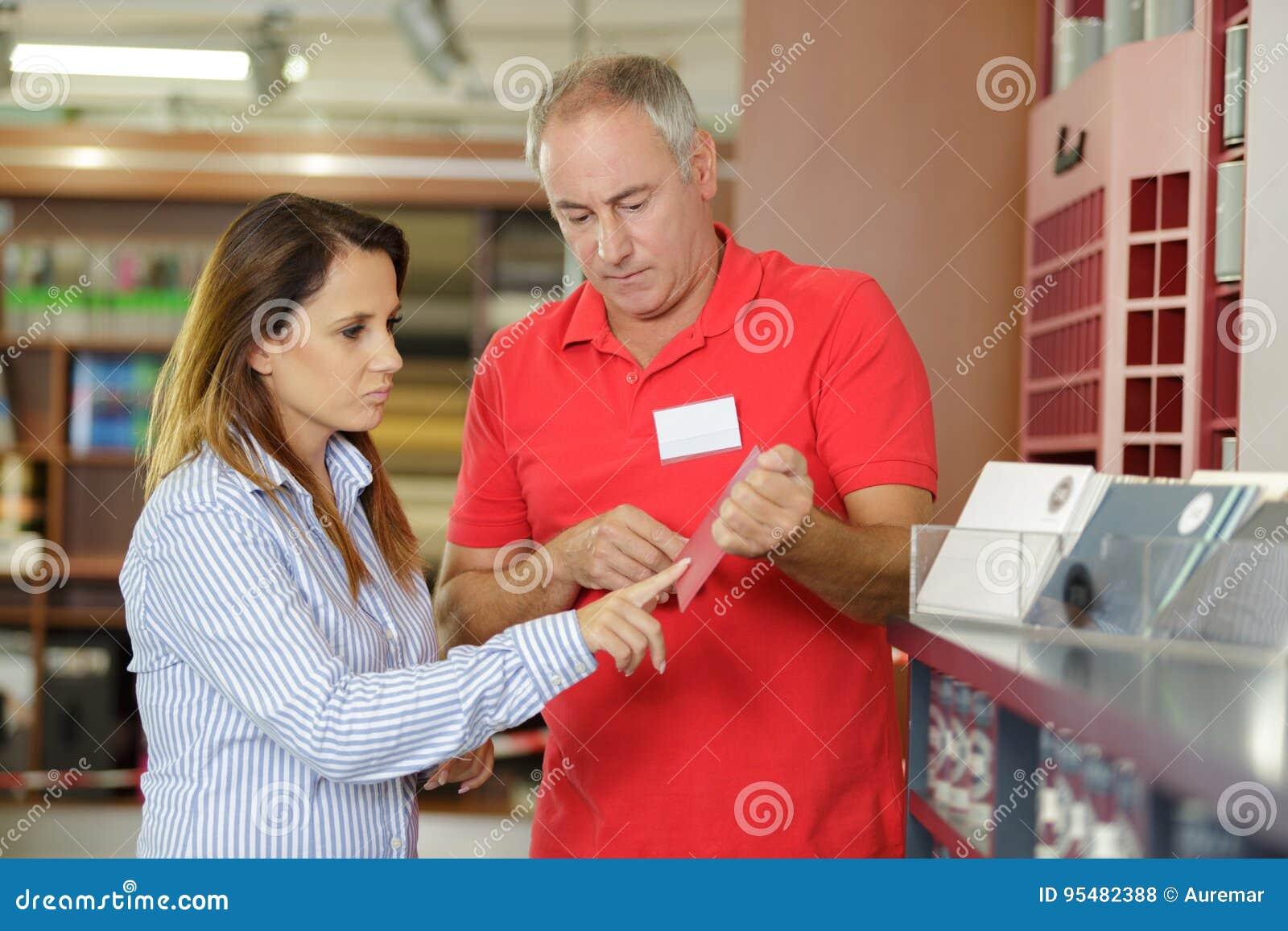 Kobieta wybiera od koloru od sampler
