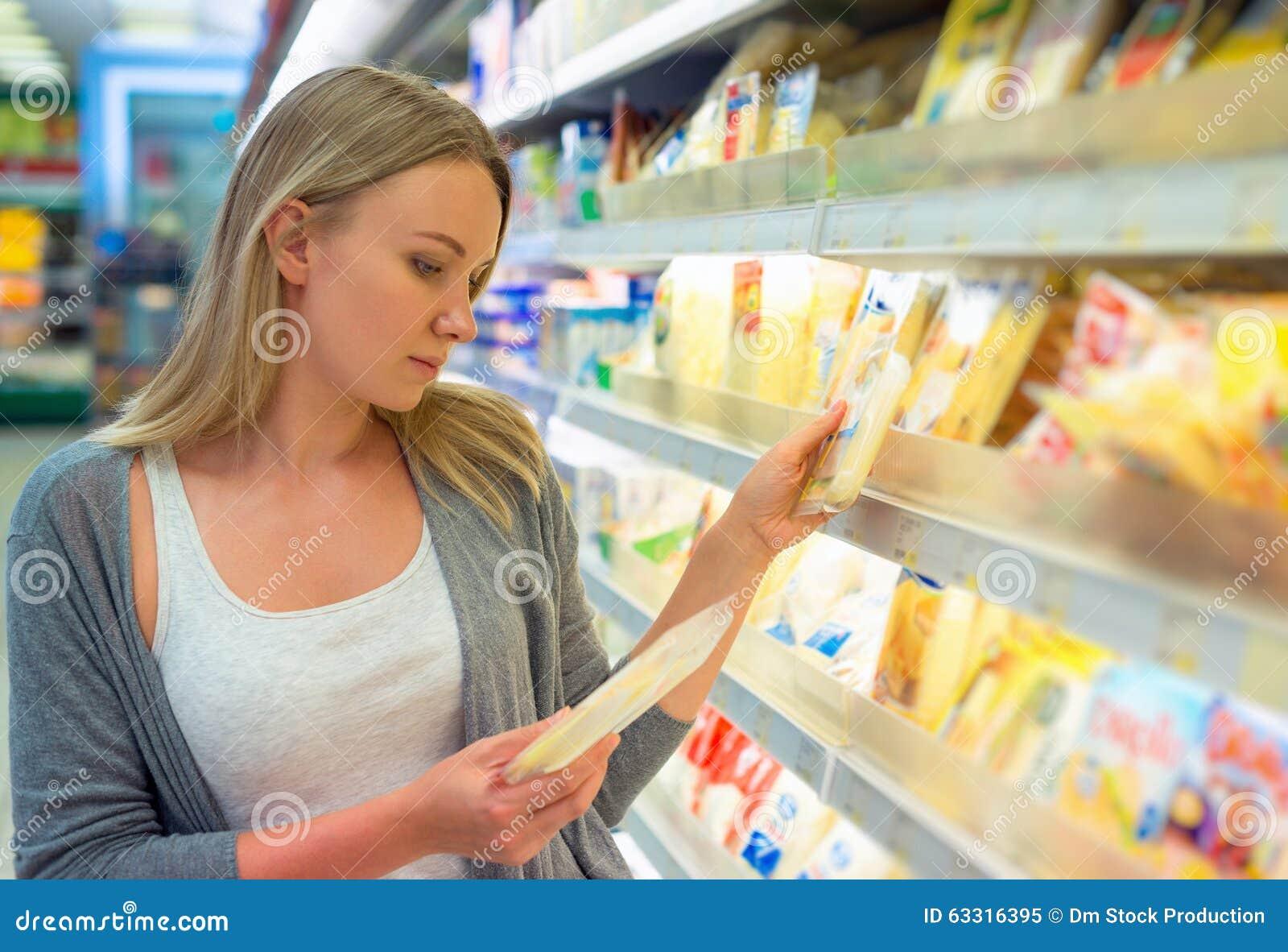 Kobieta wybiera ser