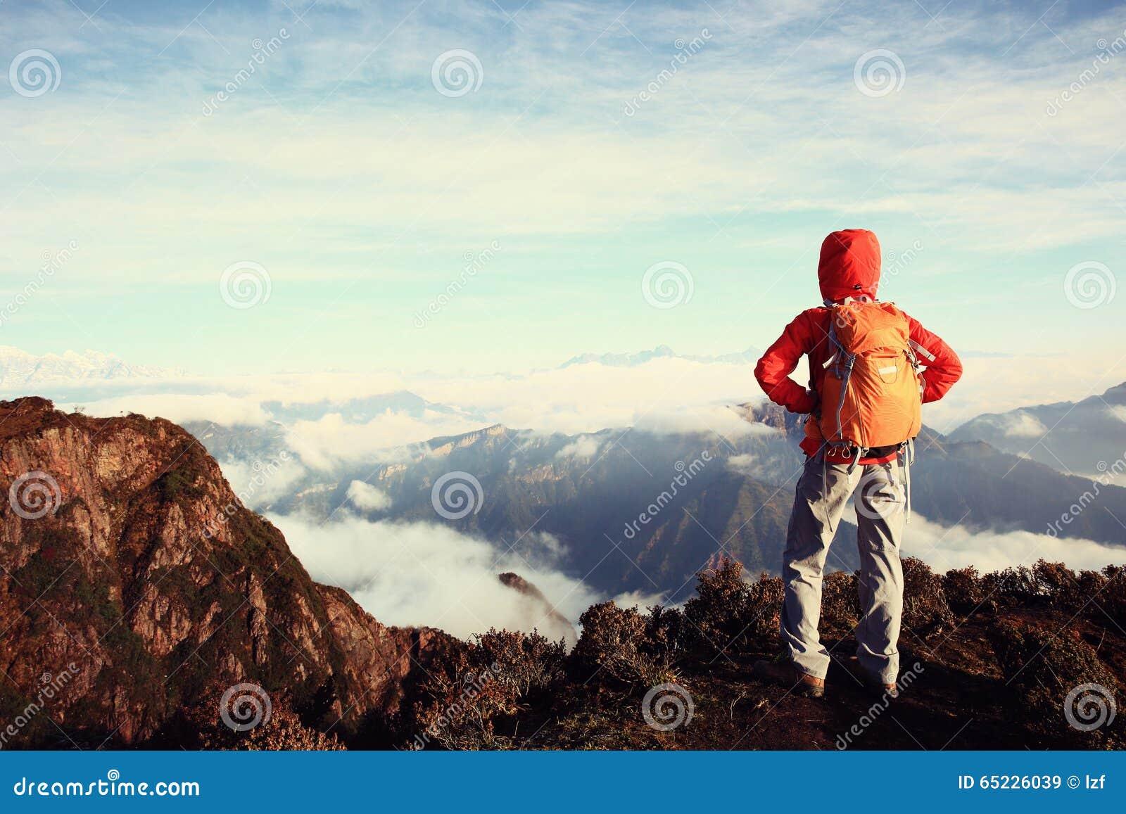 Kobieta wycieczkowicza pozycja przy halnym szczytem