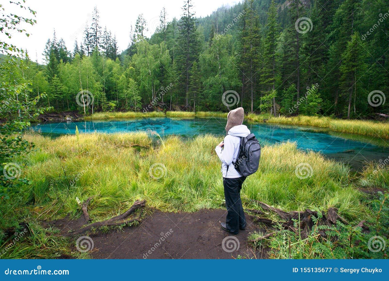 Kobieta wycieczkuje styl życia przygody pojęcia jezioro i las z plecakiem