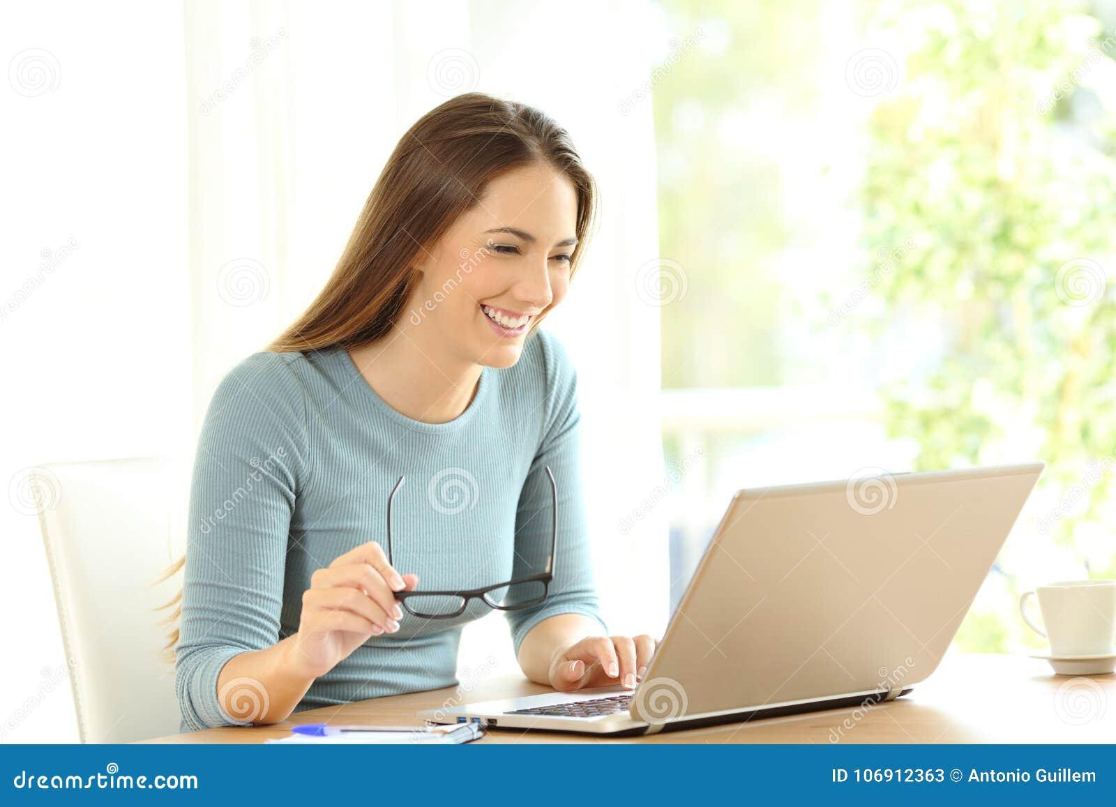 Kobieta wyszukuje na linii zawartości w laptopie