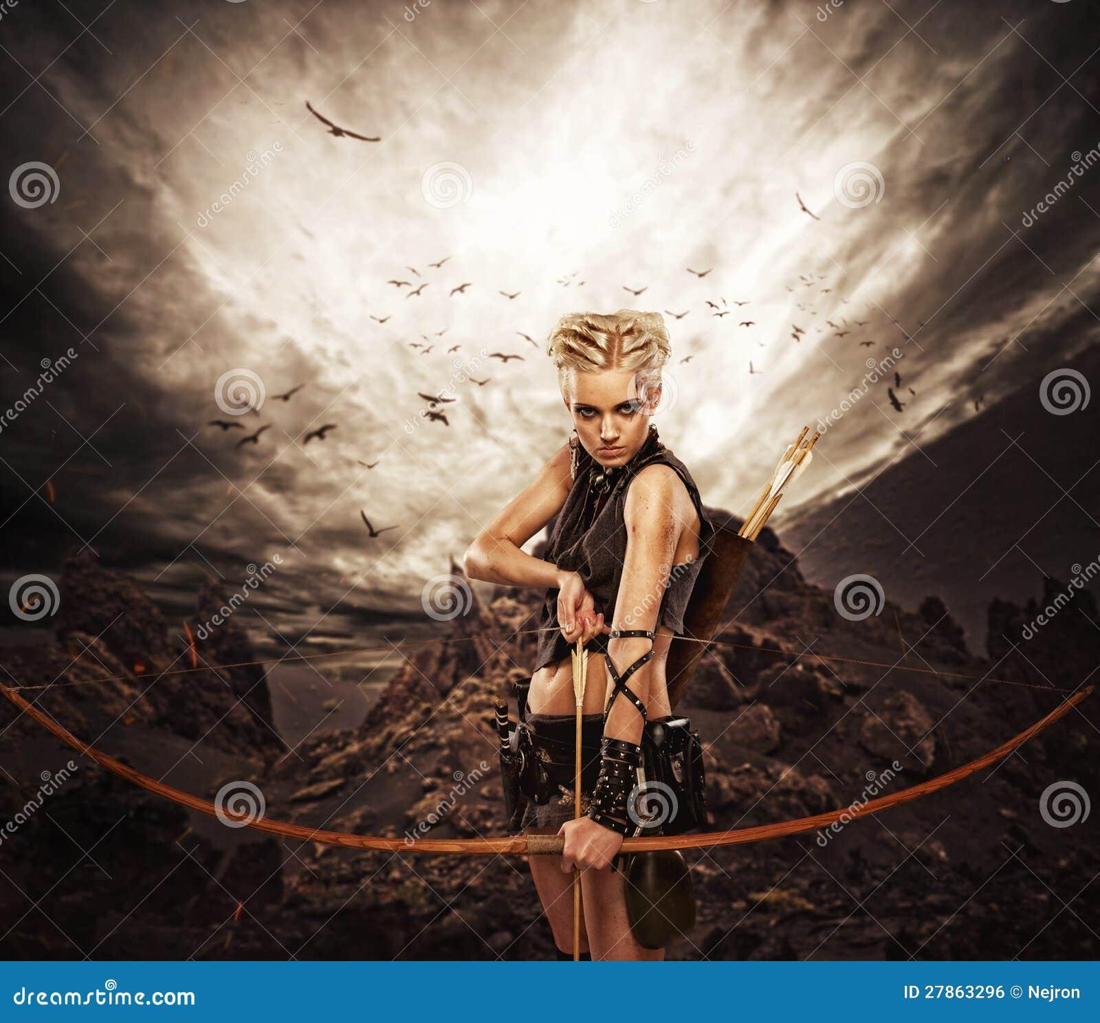 Kobieta z łękiem przeciw ciemnemu niebu