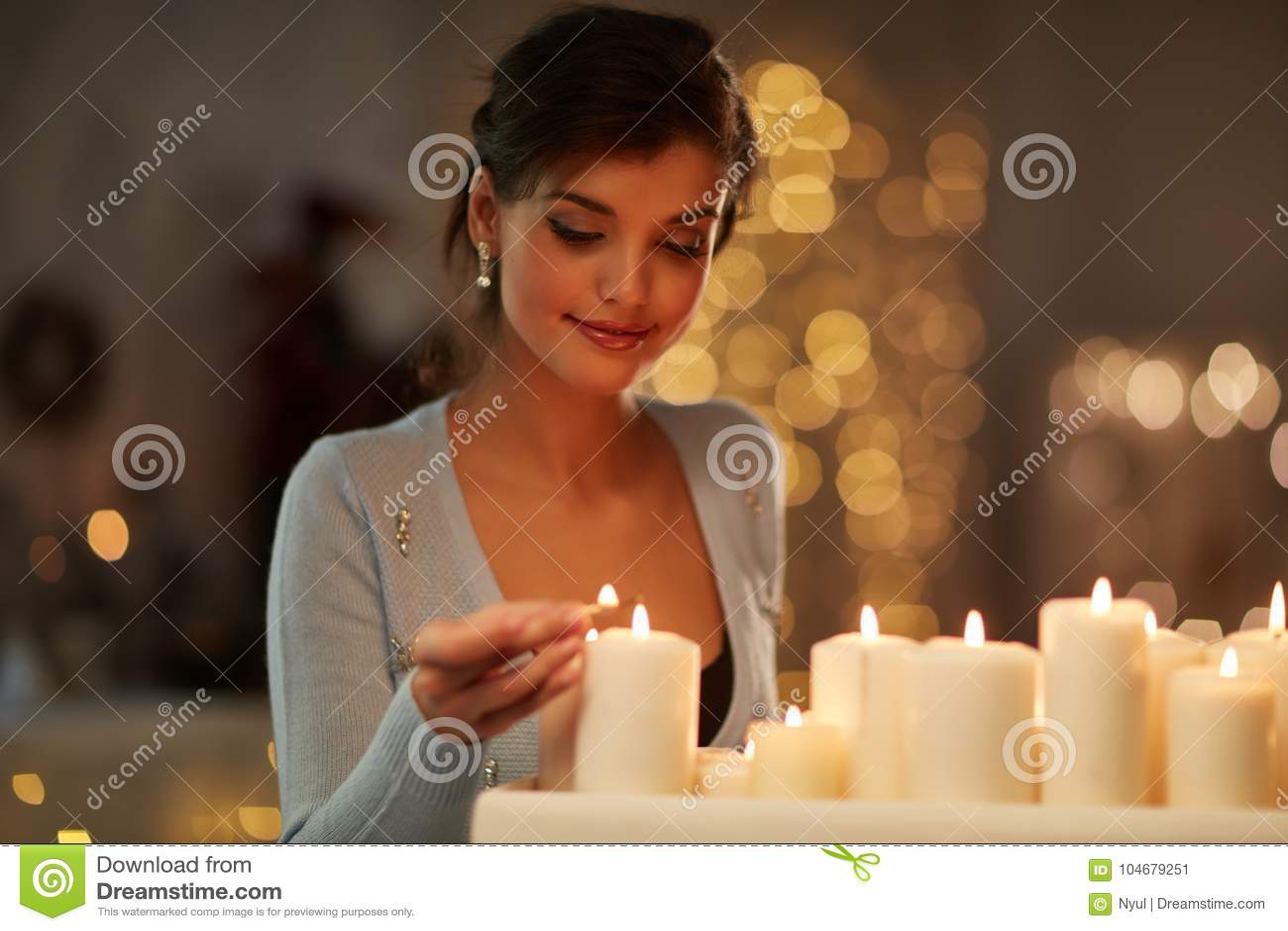 Kobieta z świeczkami, graba, bożonarodzeniowe światła