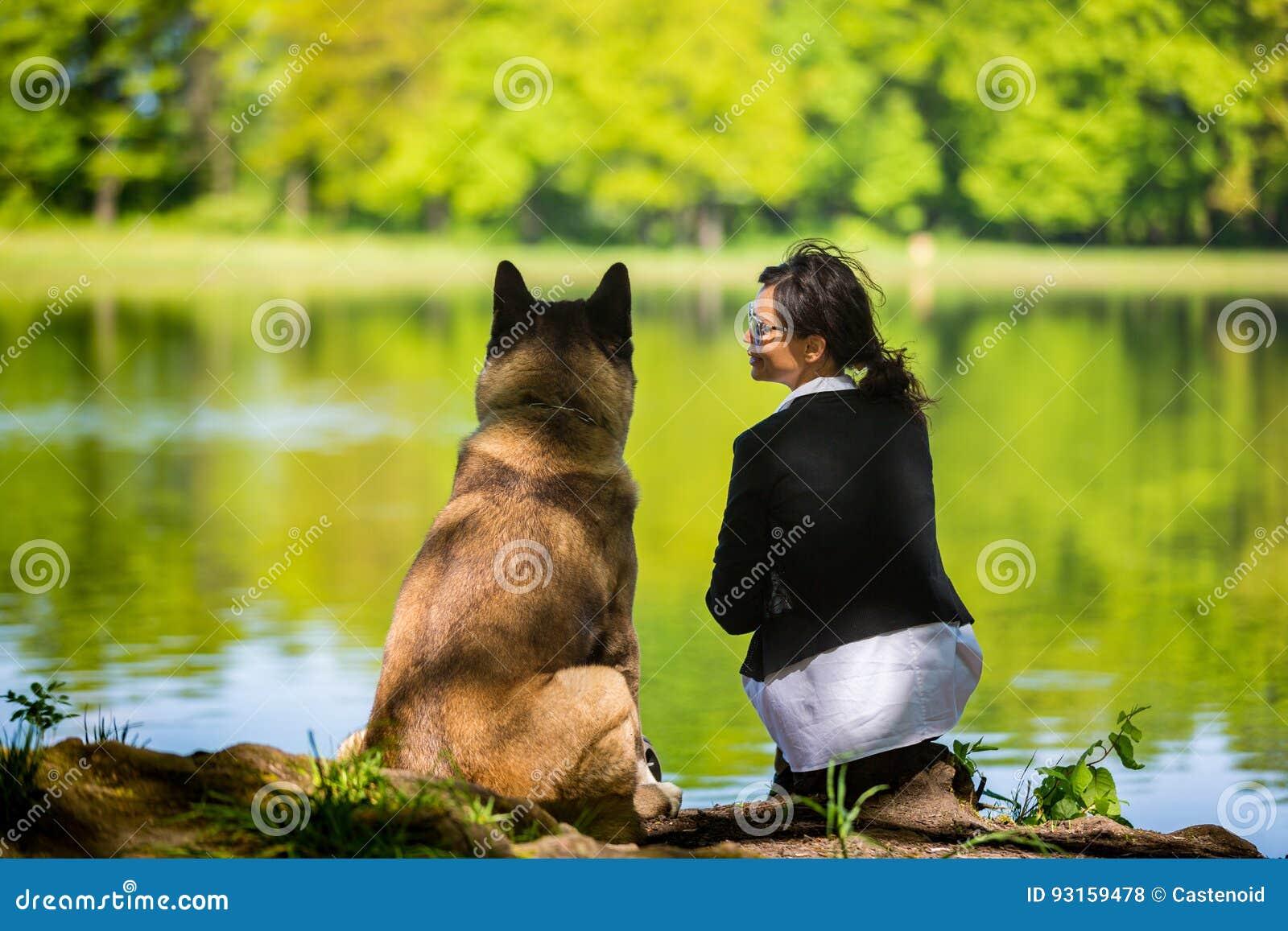 Kobieta z Amerykańskim Akita psem