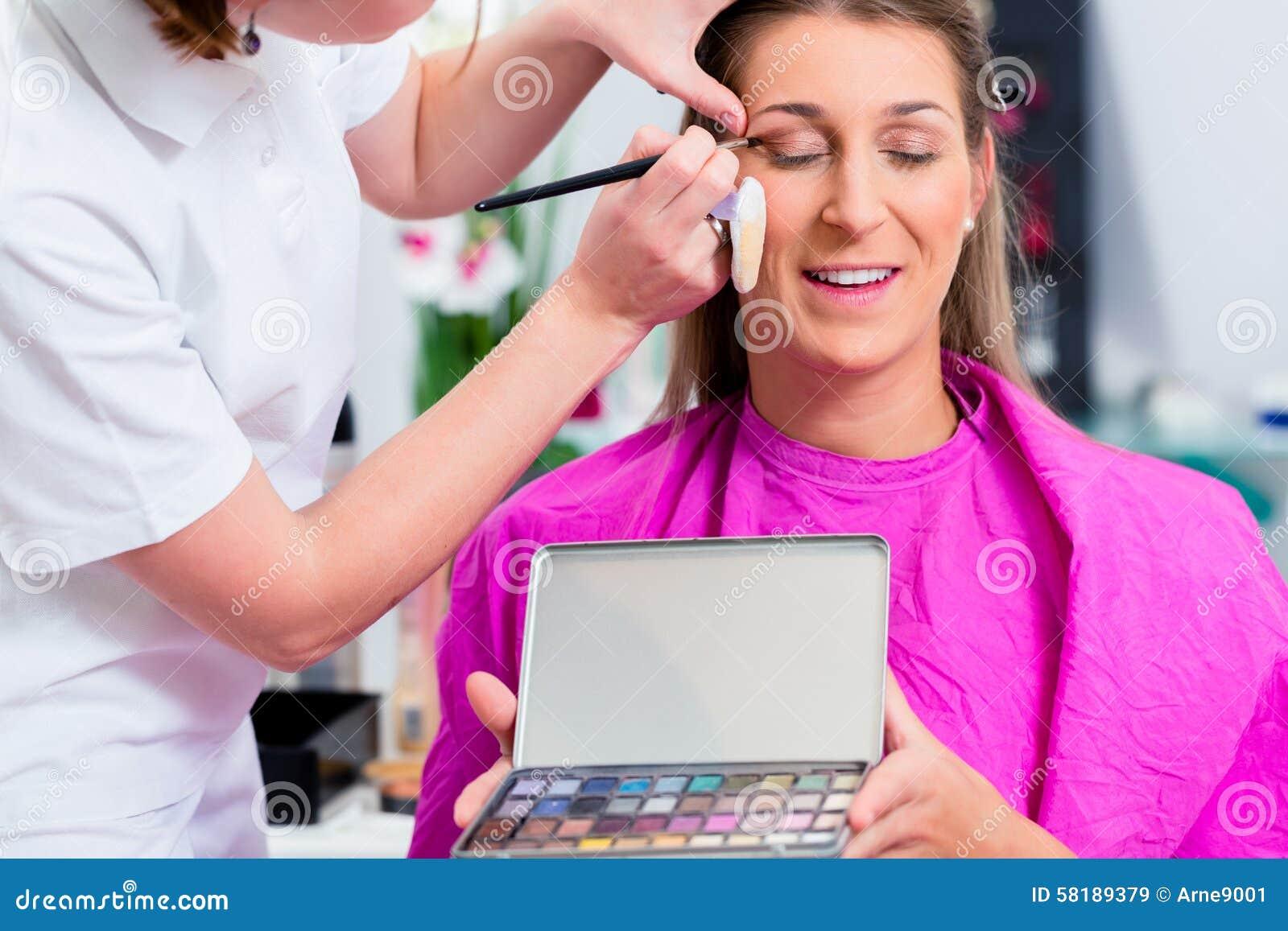Kobieta z beautician w kosmetycznym salonie