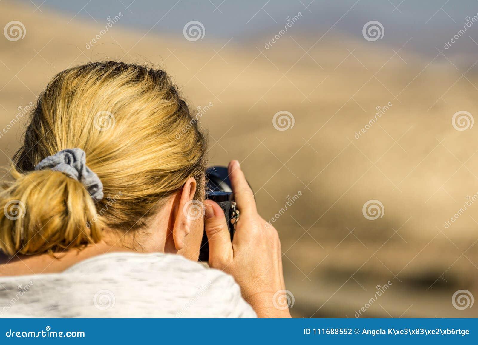 Kobieta z blondynem stoi na plaży