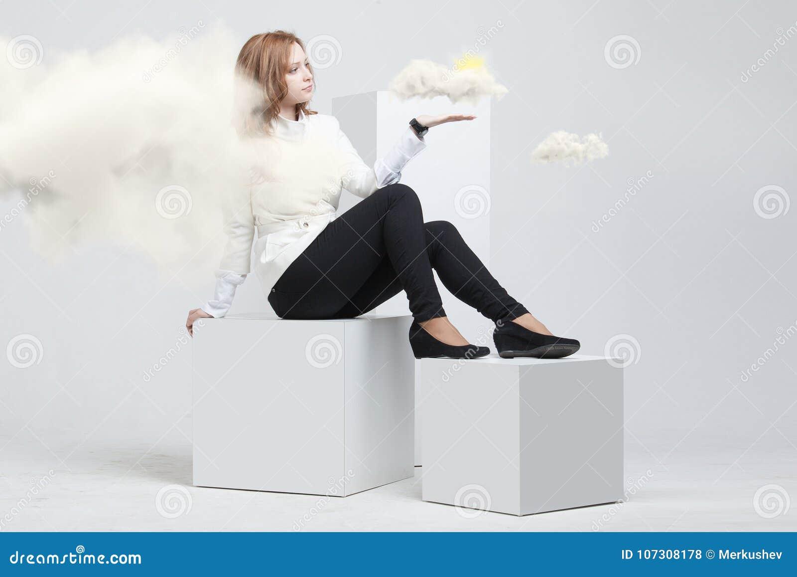 Kobieta z chmurą i słońcem Pojęcie na temacie komputer chmury usługa