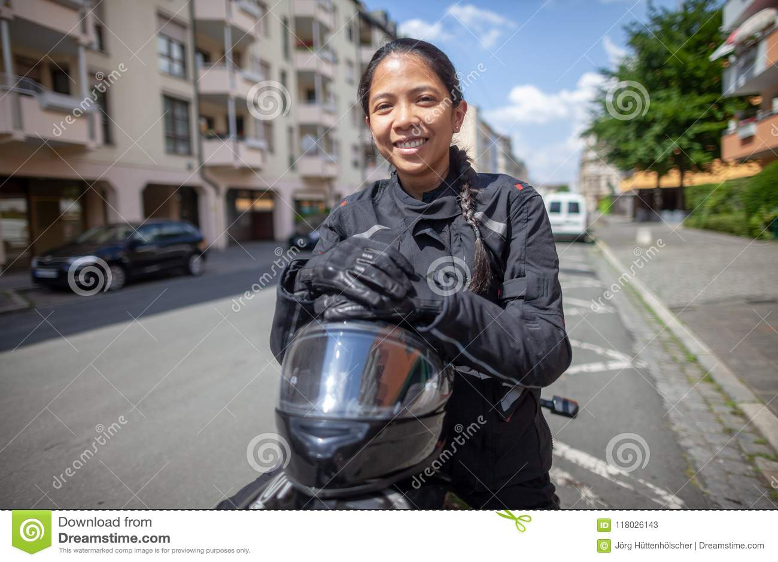 Kobieta z czarnym hełmem na motocyklu