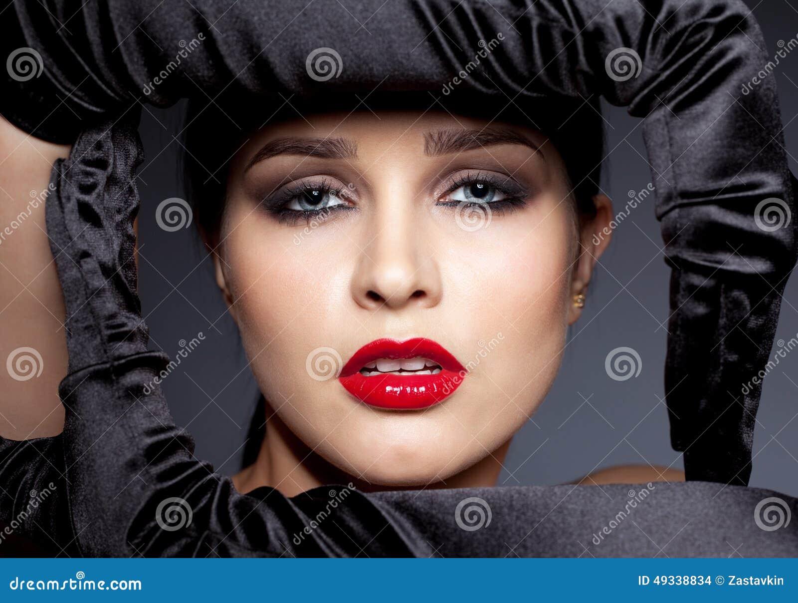 Kobieta z czarnymi rękawiczkami