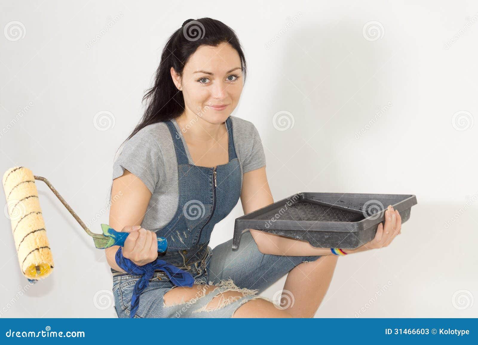 Kobieta z farba rolownikiem i tacą