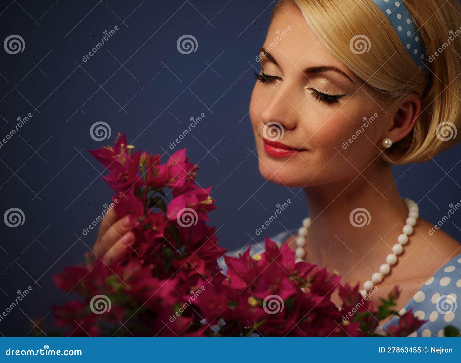 Kobieta z kwiatów płatkami
