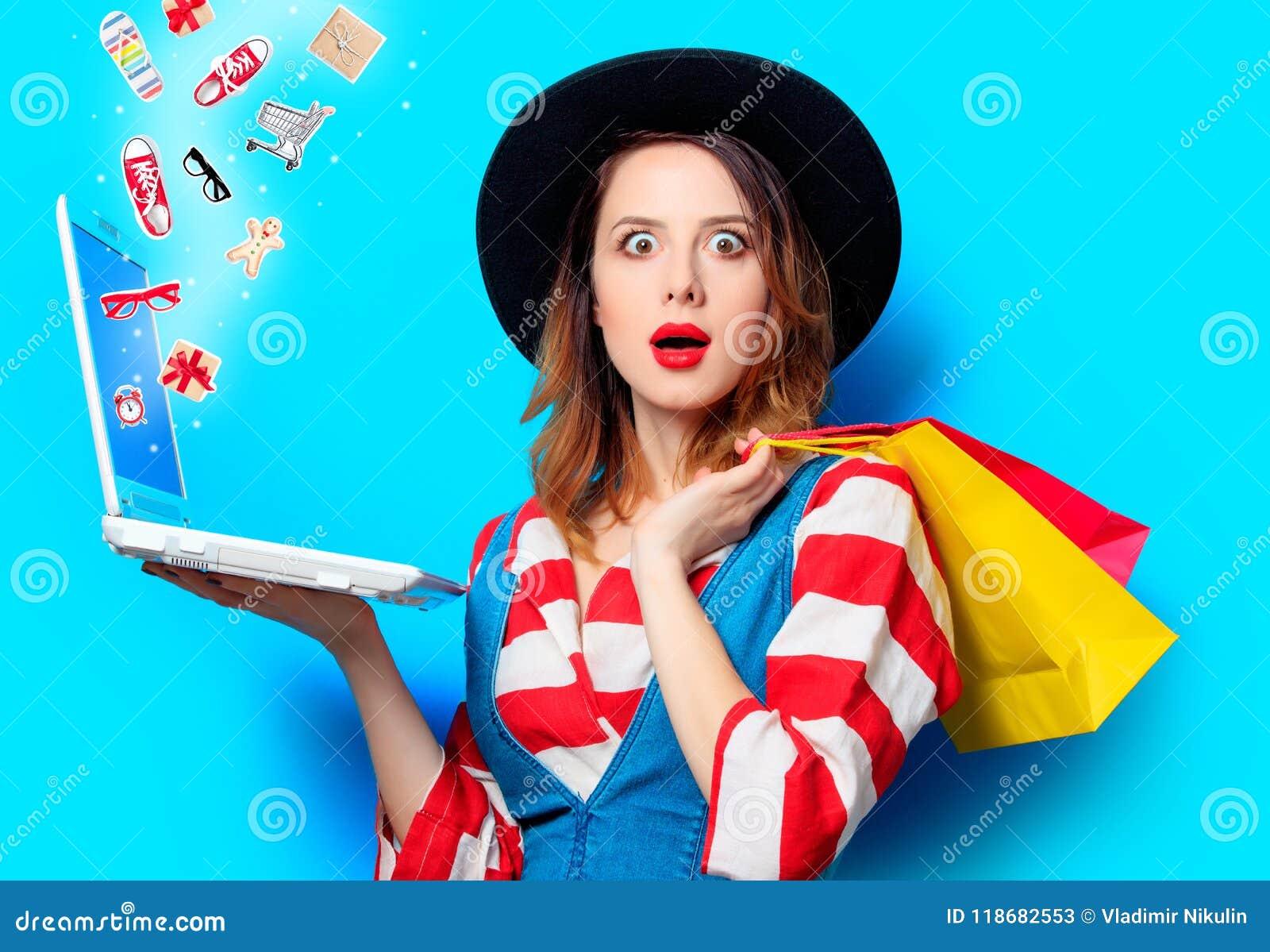 Kobieta z laptopem i torba na zakupy