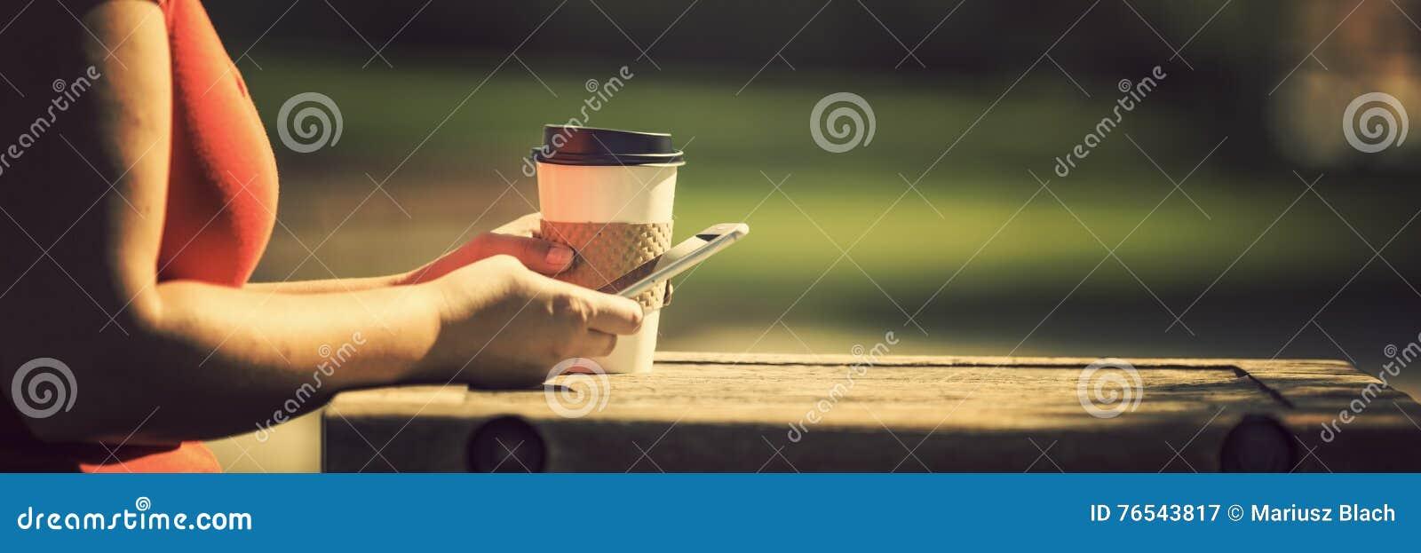 Kobieta z mądrze telefonem outdoors