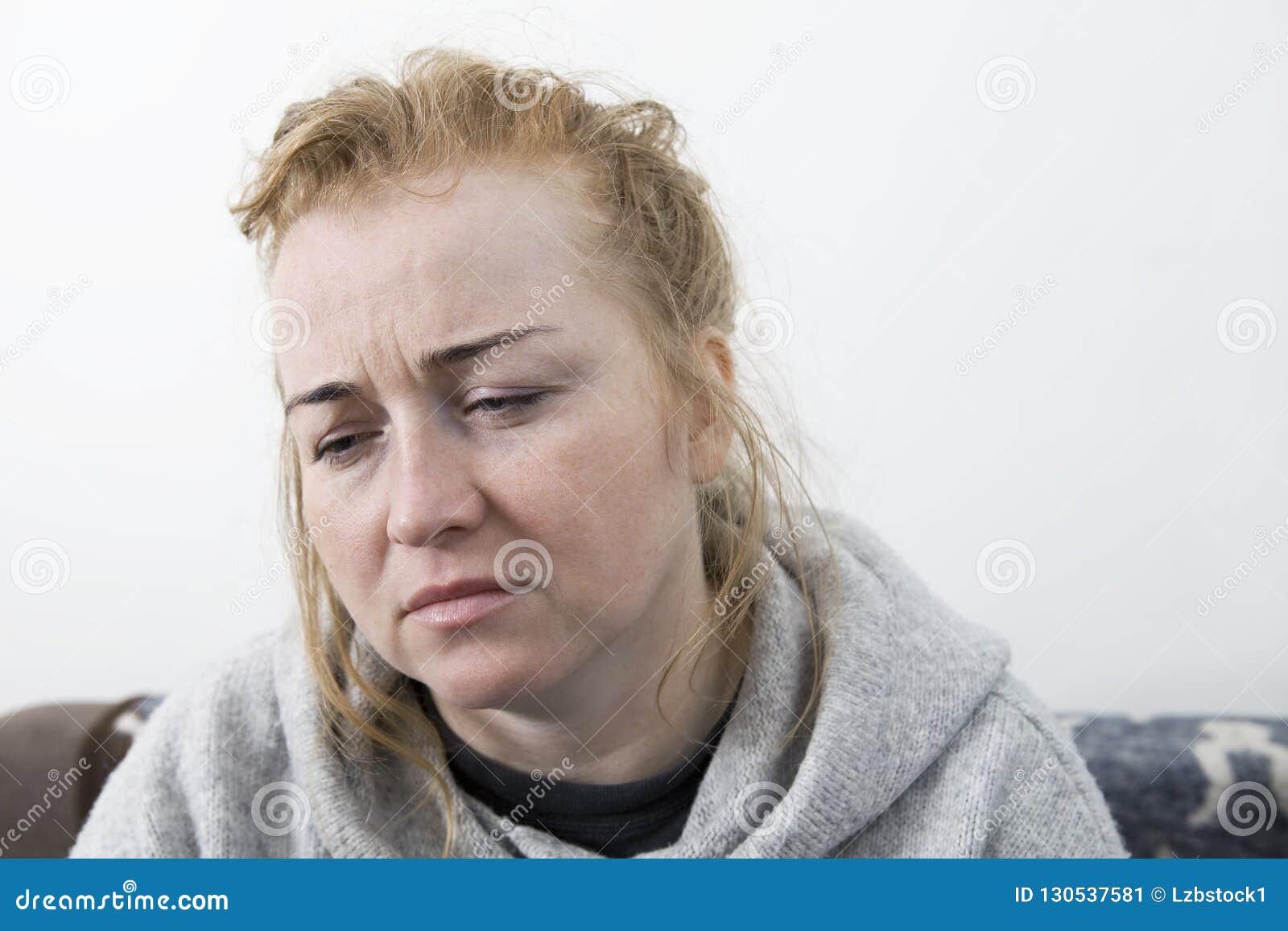 Kobieta z migreną Gospodyni domowej kobieta w leżance z migreną