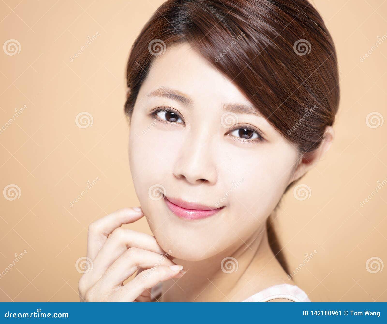 Kobieta z naturalnym makeup i czystą skórą