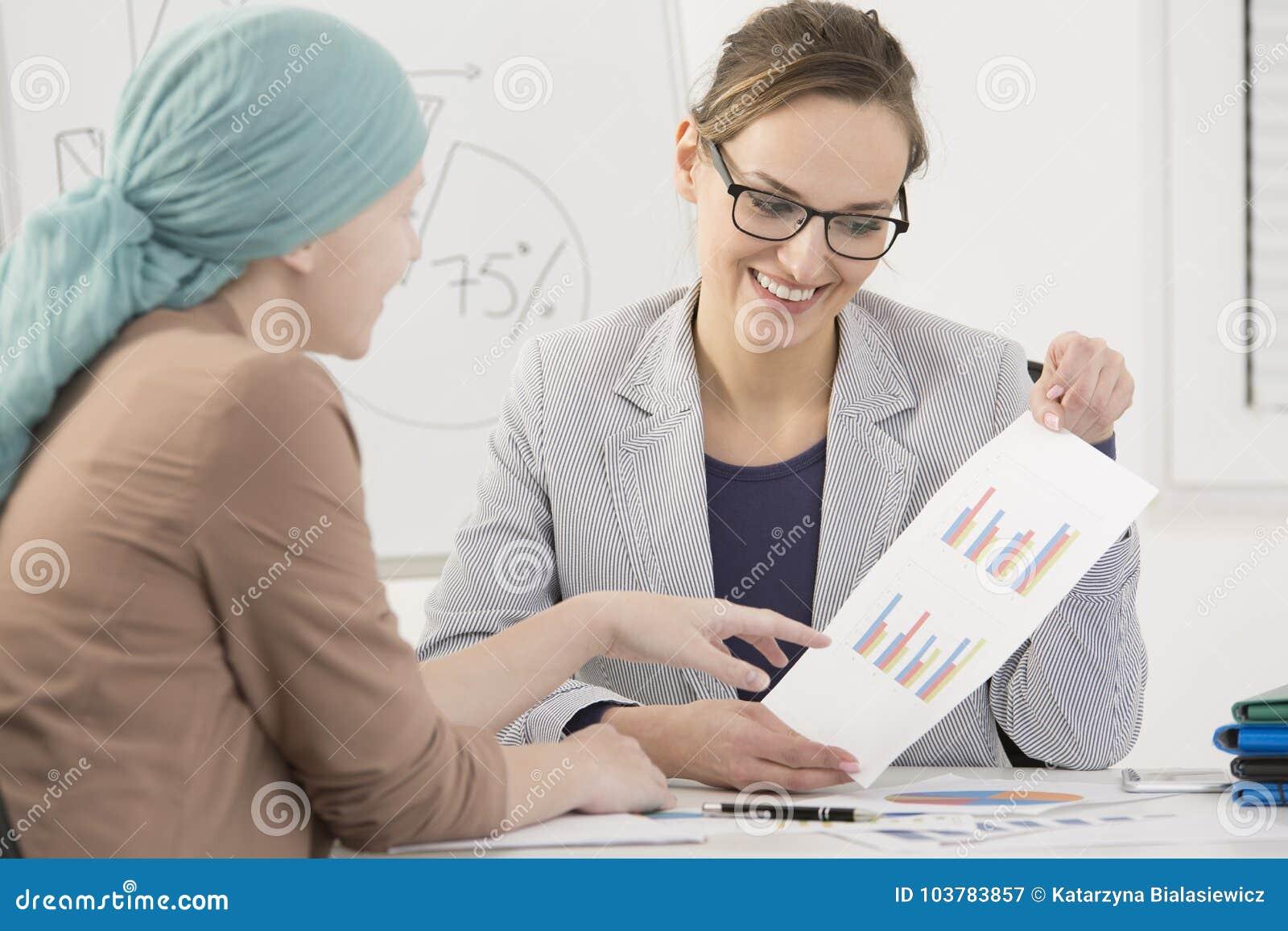 Kobieta z nowotworem przy pracą