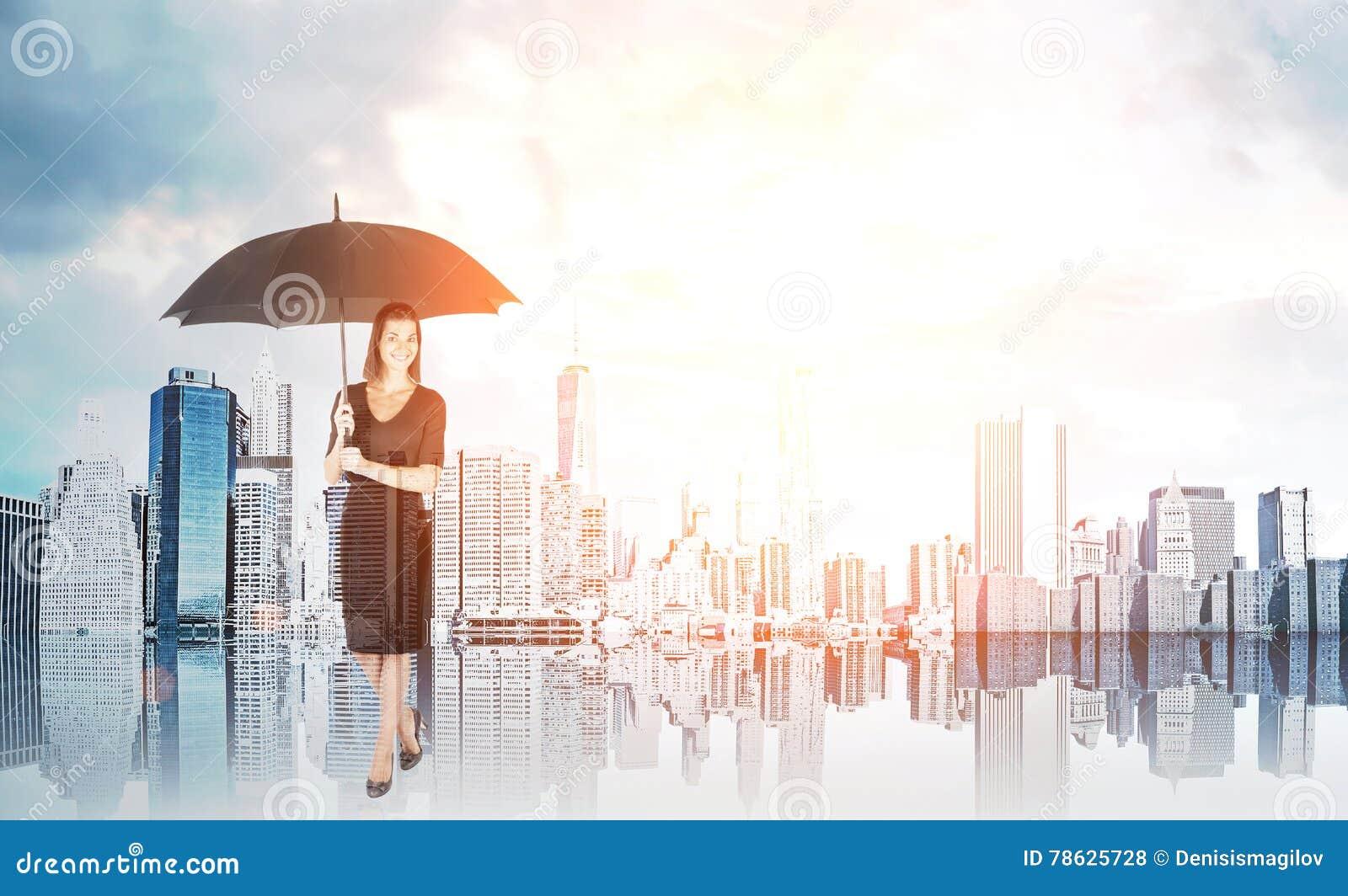 Kobieta z parasolem pod słońcem