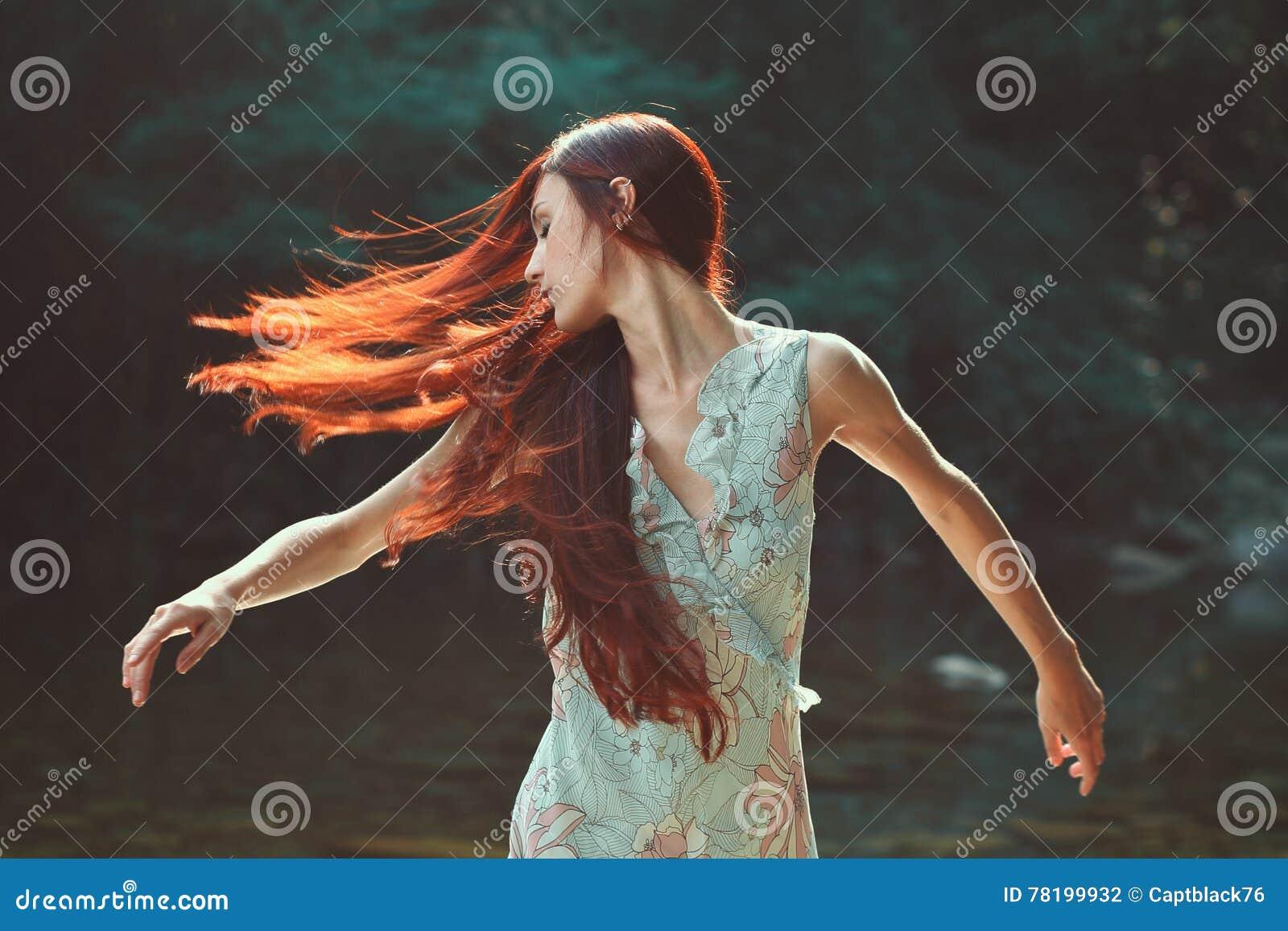 Kobieta z pięknym podmuchowym włosy