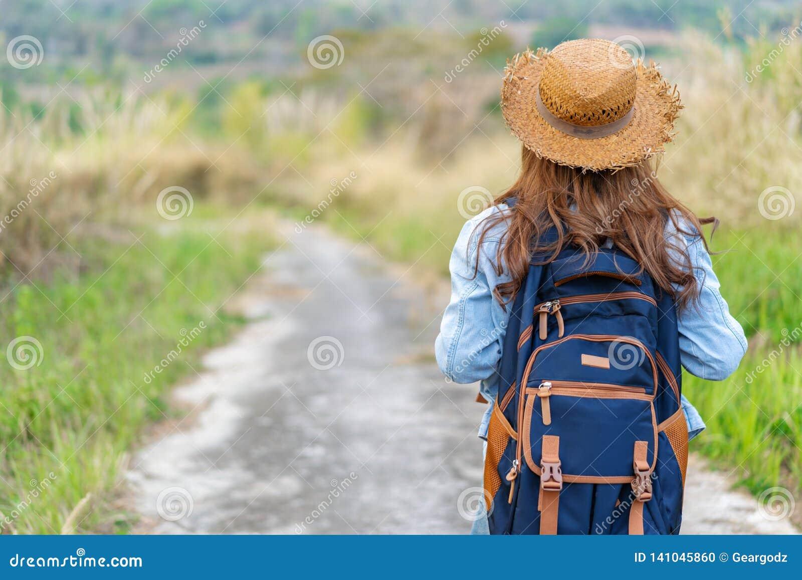 Kobieta z plecaka odprowadzeniem na footpath w naturze