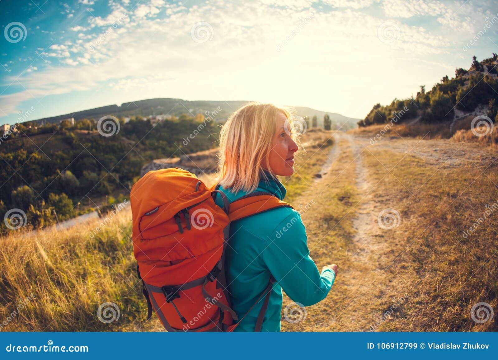 Kobieta z plecakiem