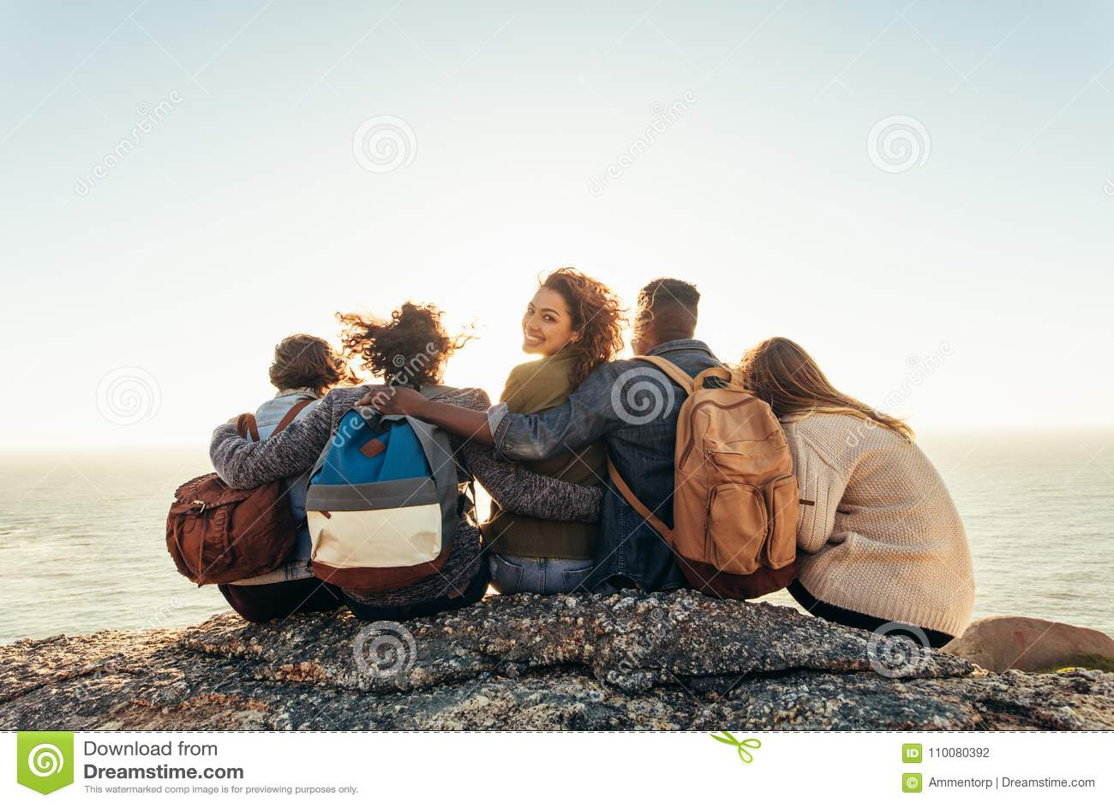Kobieta z przyjaciółmi cieszy się dzień outdoors