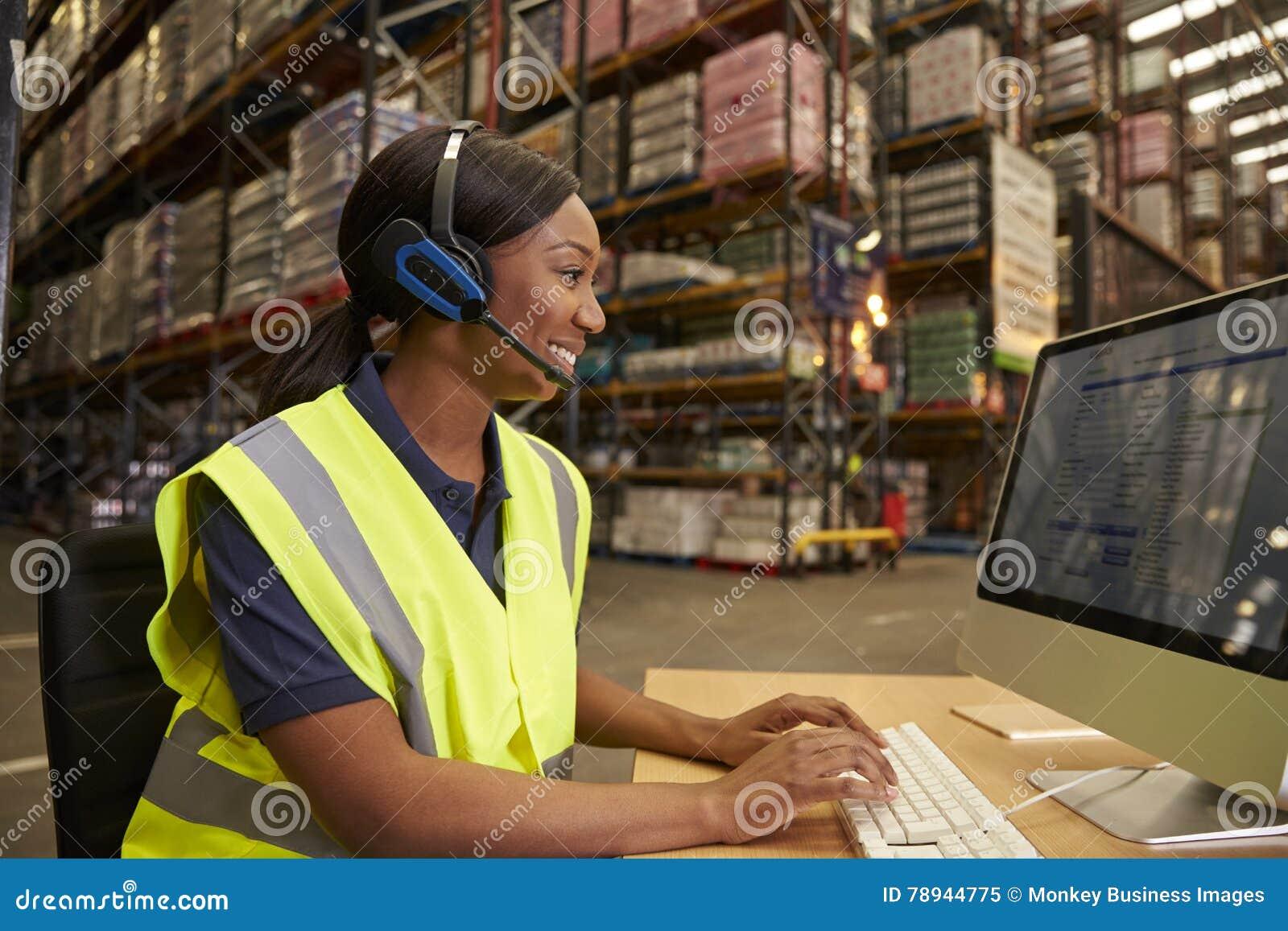 Kobieta z słuchawki pracuje w dostępny na miejscu biurze magazyn