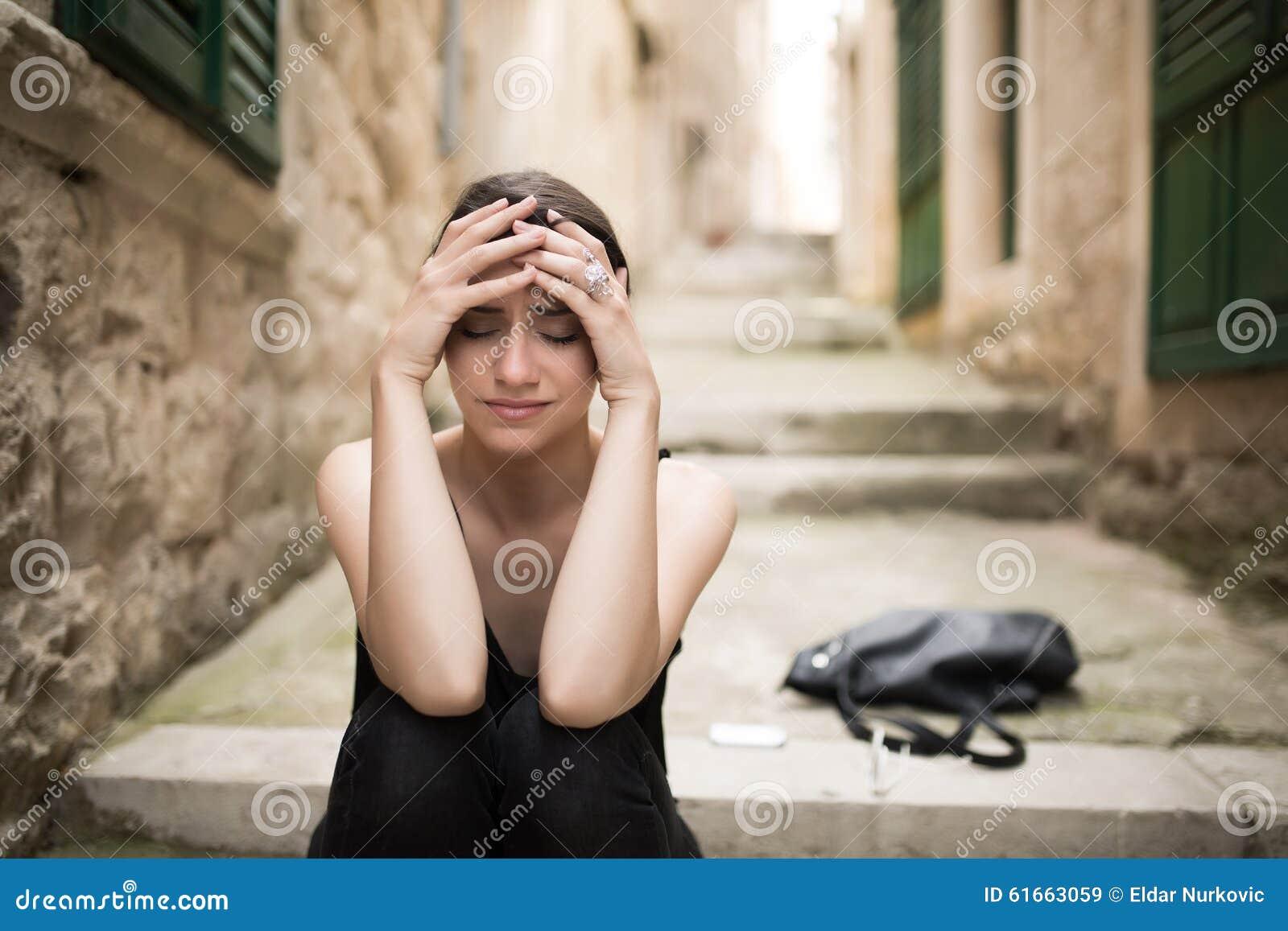 Kobieta z smutnym twarz płaczem Smutny wyrażenie, smutna emocja, rozpacz, smucenie Kobieta w emocjonalnym stresie i bólu Kobieta