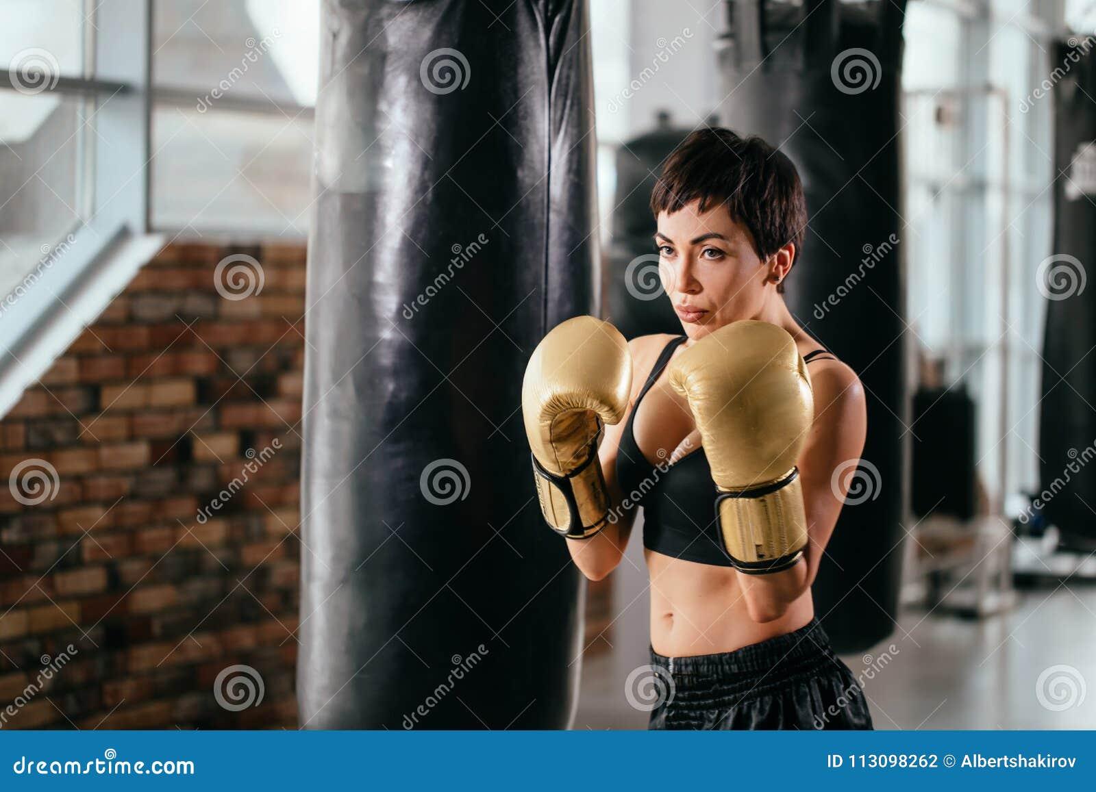Kobieta z sportowym complection uderza cios