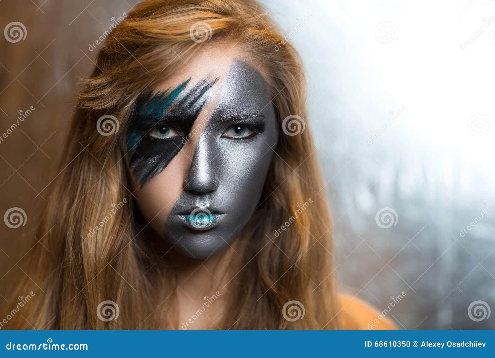 Kobieta z srebną częścią twarz