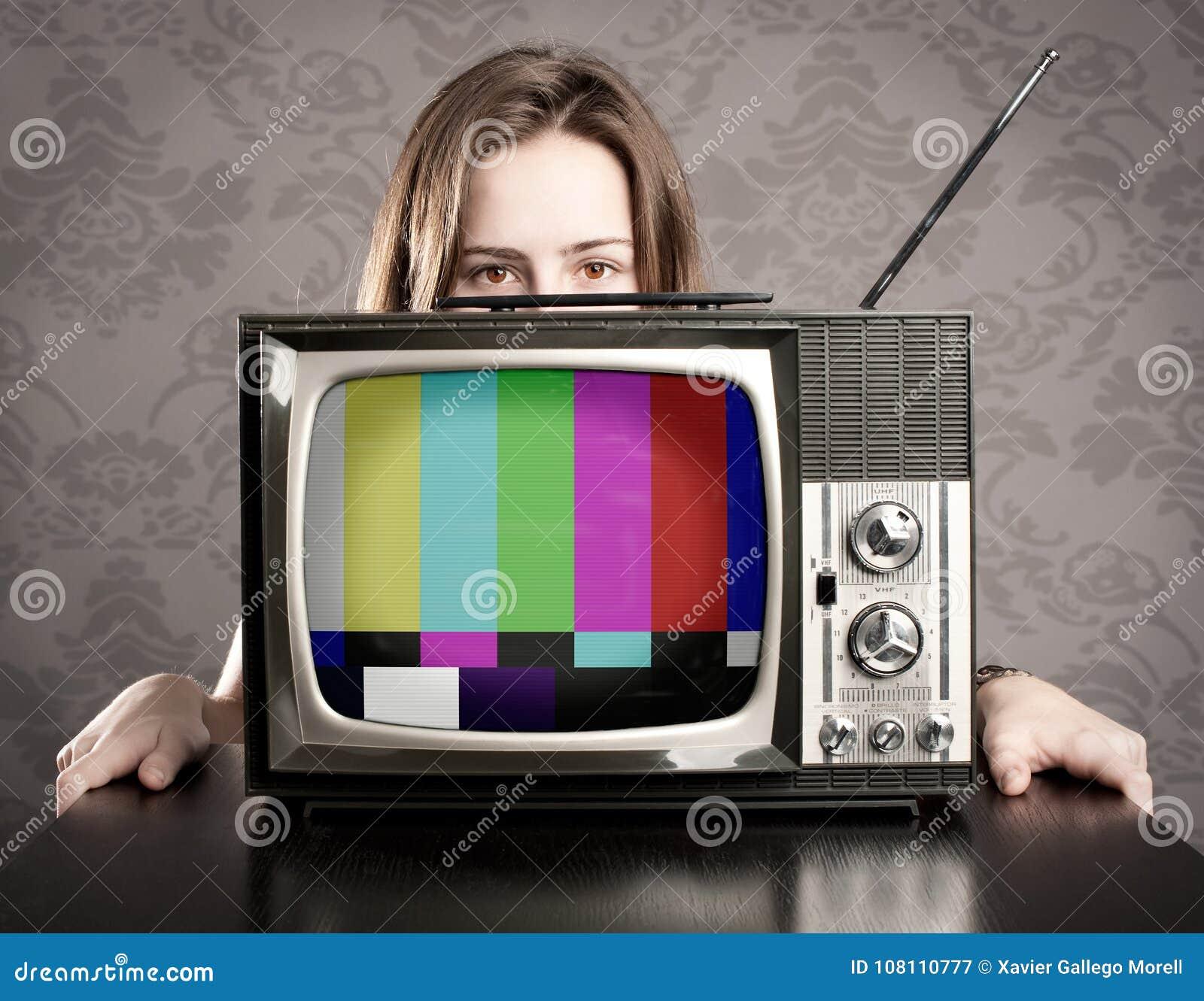 Kobieta z starym tv
