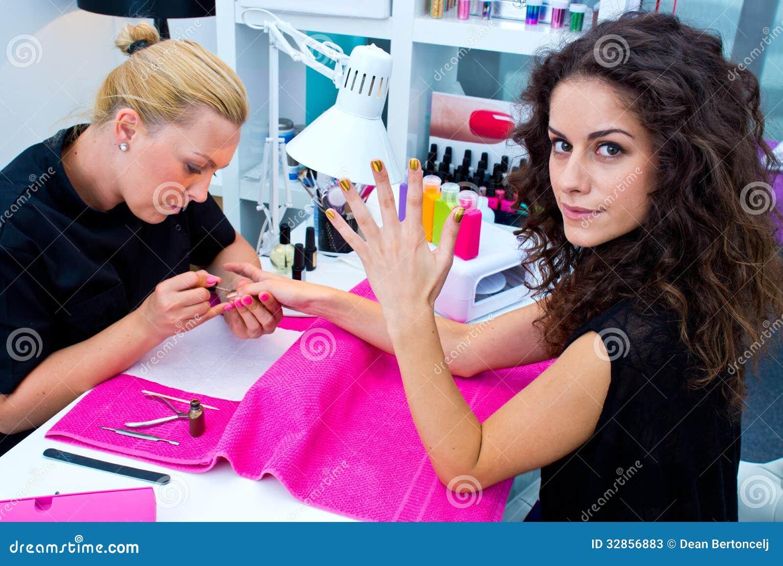Kobieta z stylistą na manicurze