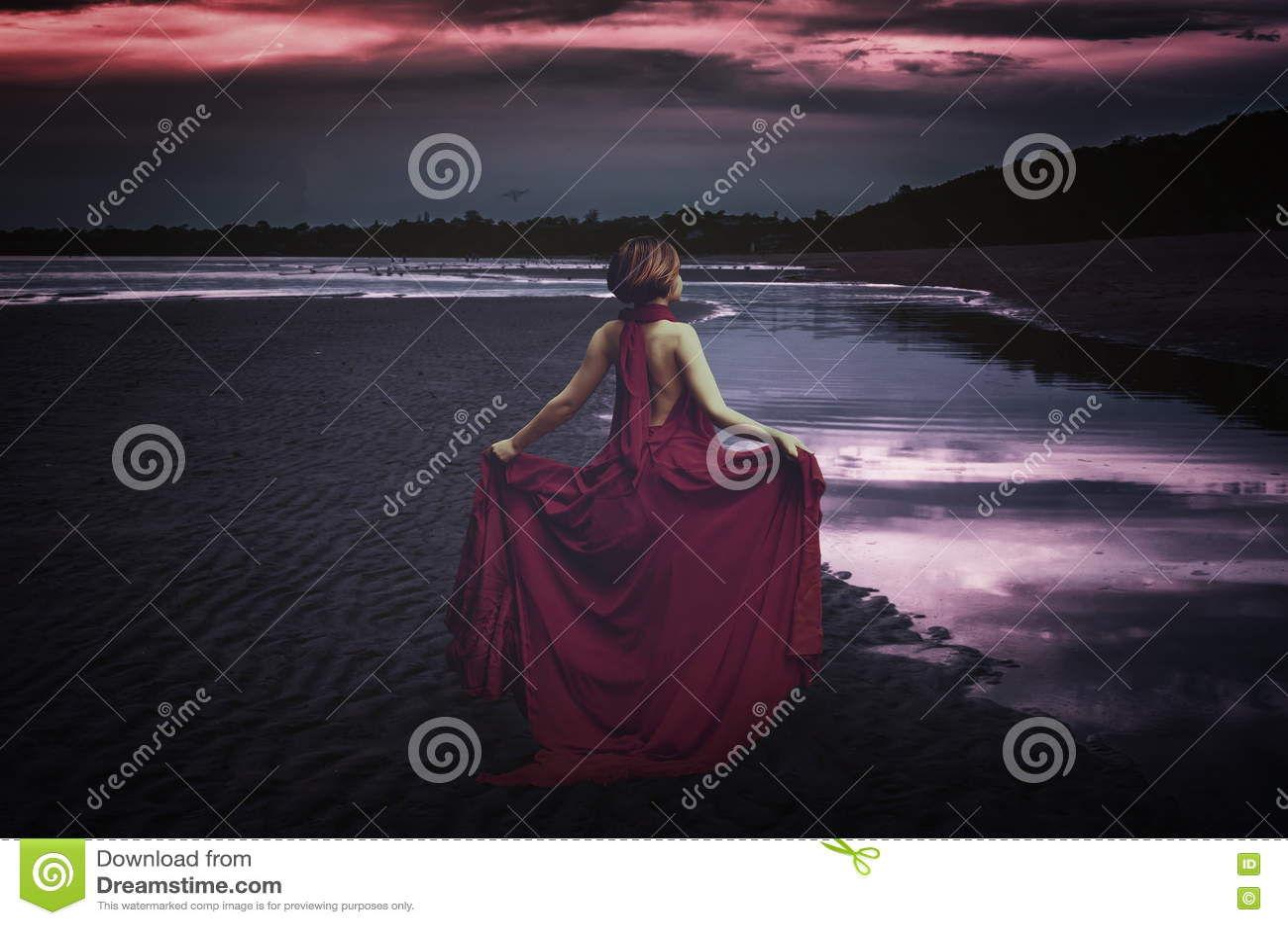 Kobieta z suknią przy oceanem