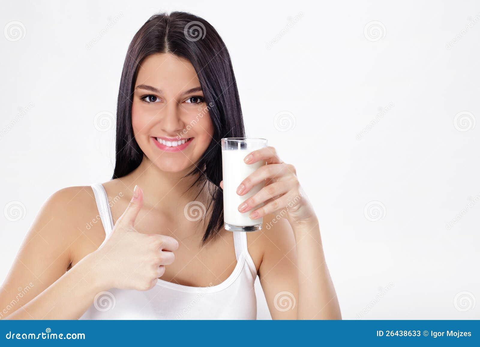 Kobieta z szkłem mleko