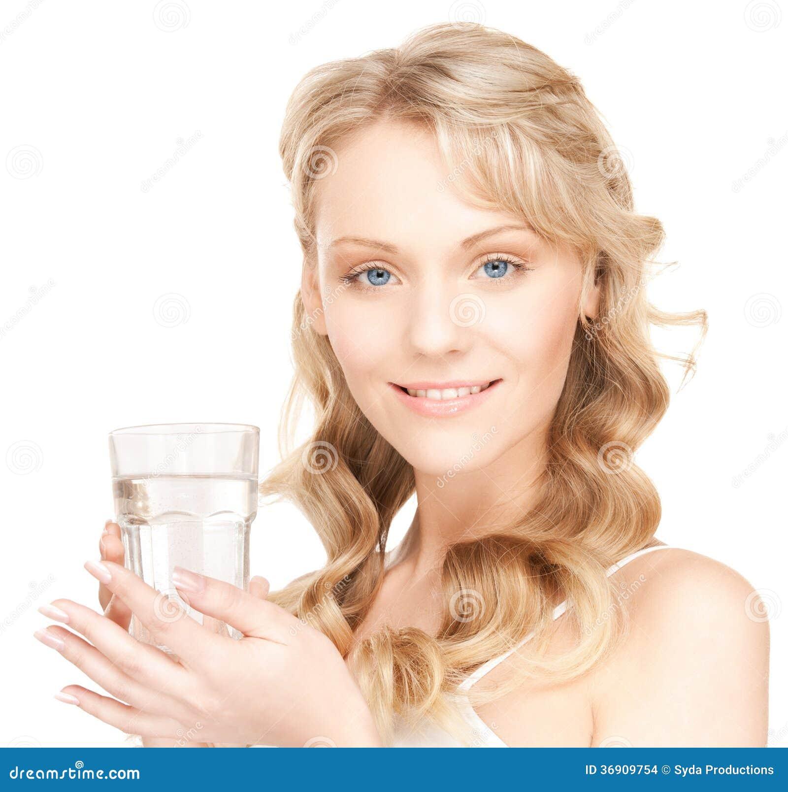Kobieta z szkłem woda
