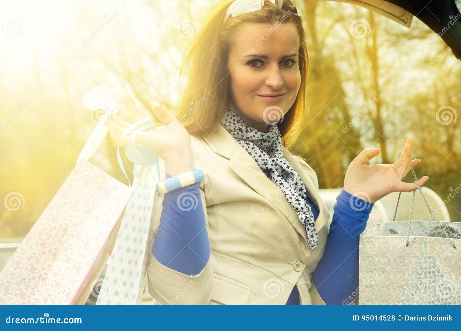Kobieta z torbami w bagażniku